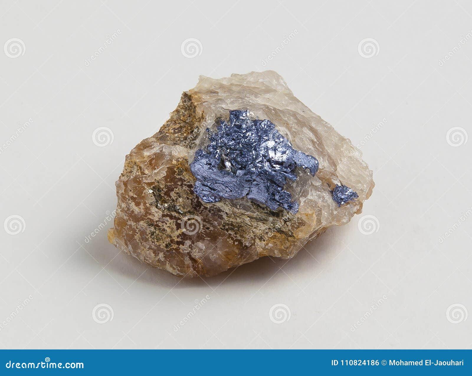 Minerale metallifero della molibdenite su fondo bianco