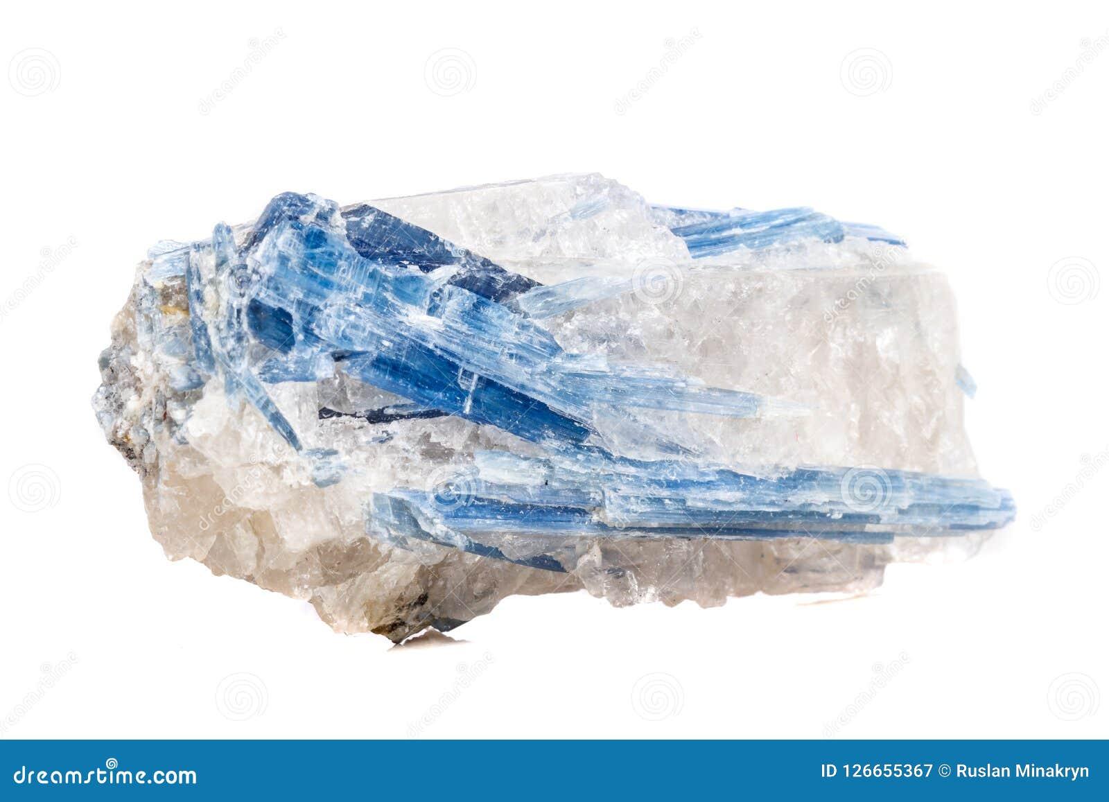 Mineralisk stenKyanite för makro en vit bakgrund