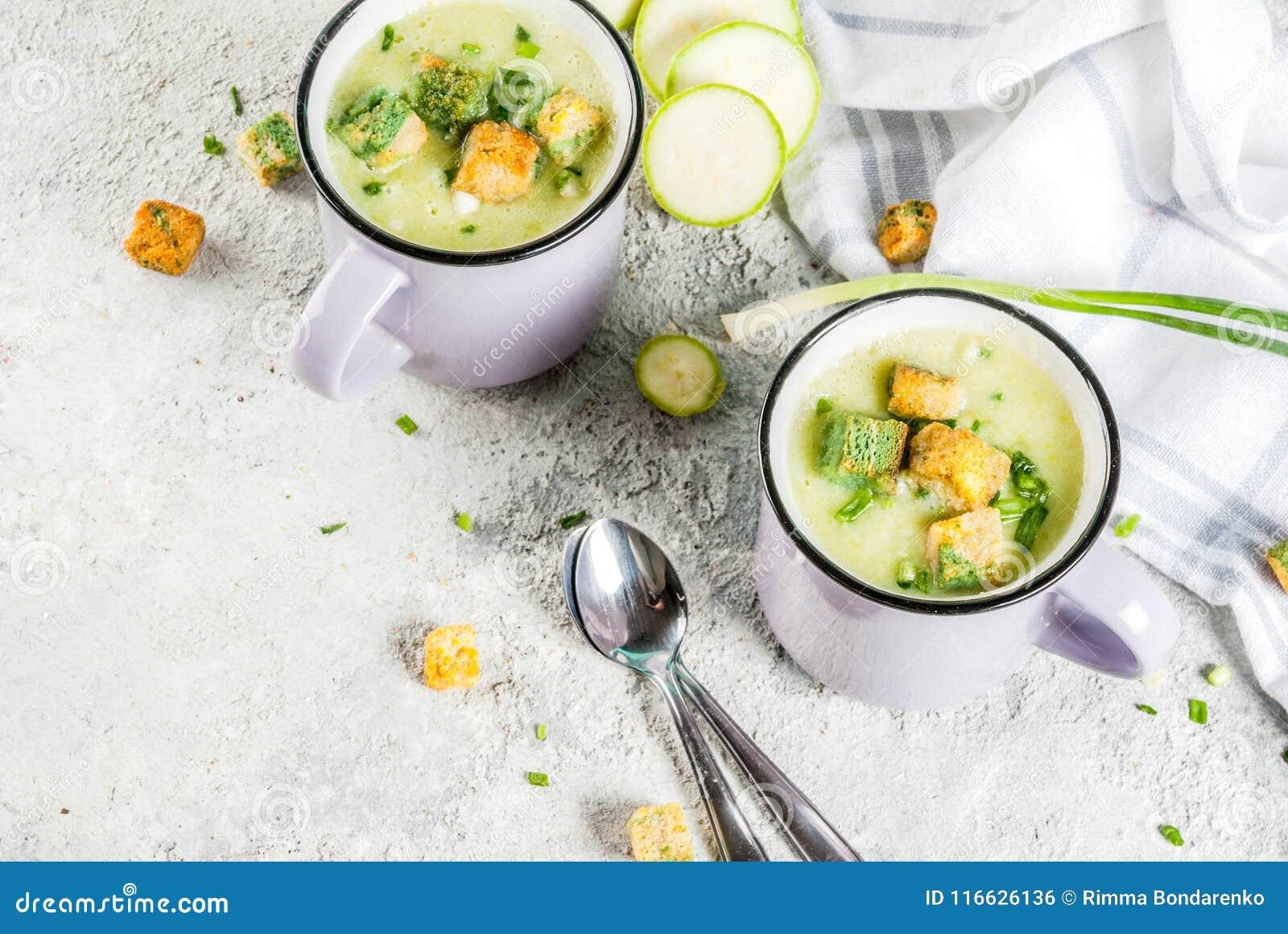 Minestra cremosa dello zucchini