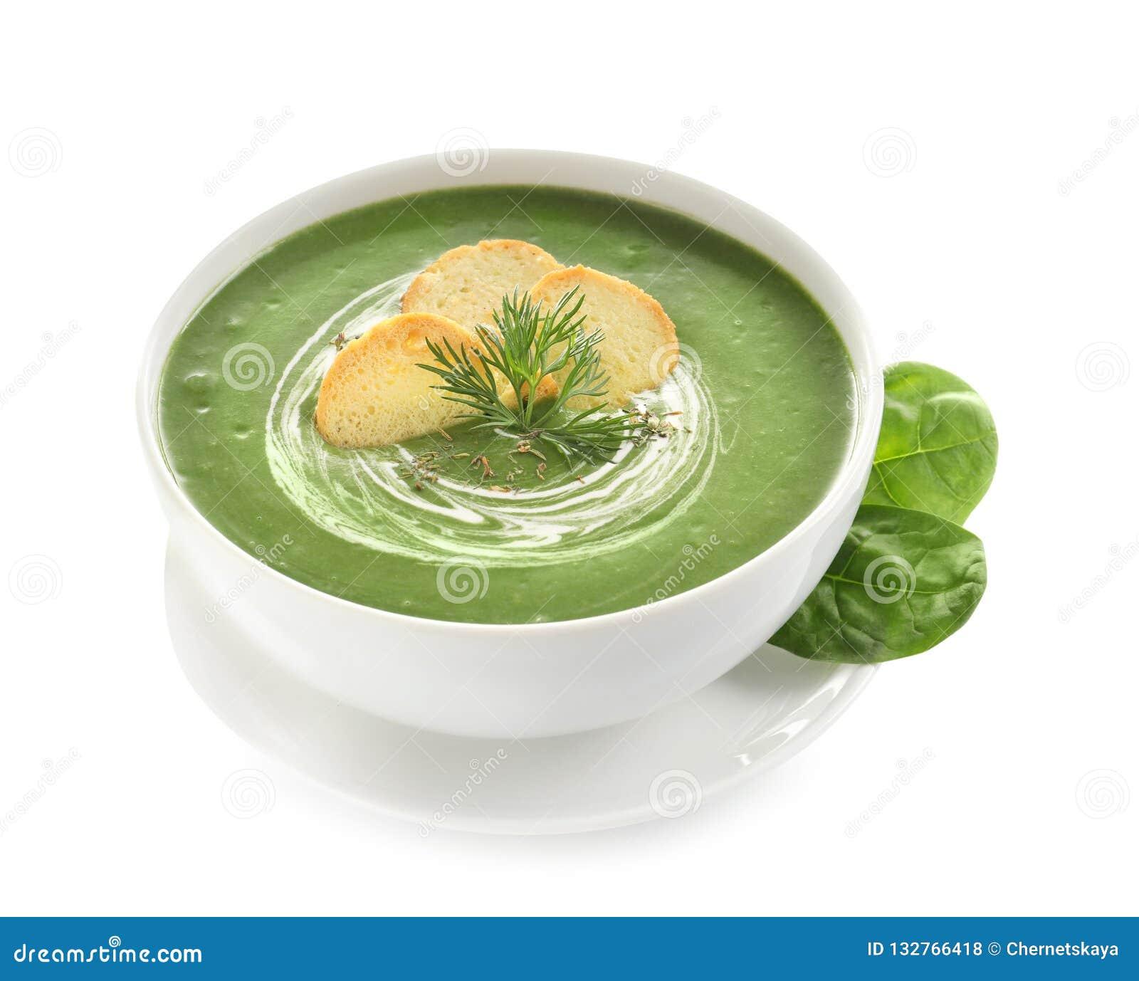 Minestra della disintossicazione di verdura fresca fatta di spinaci con i crostini in piatto e foglie