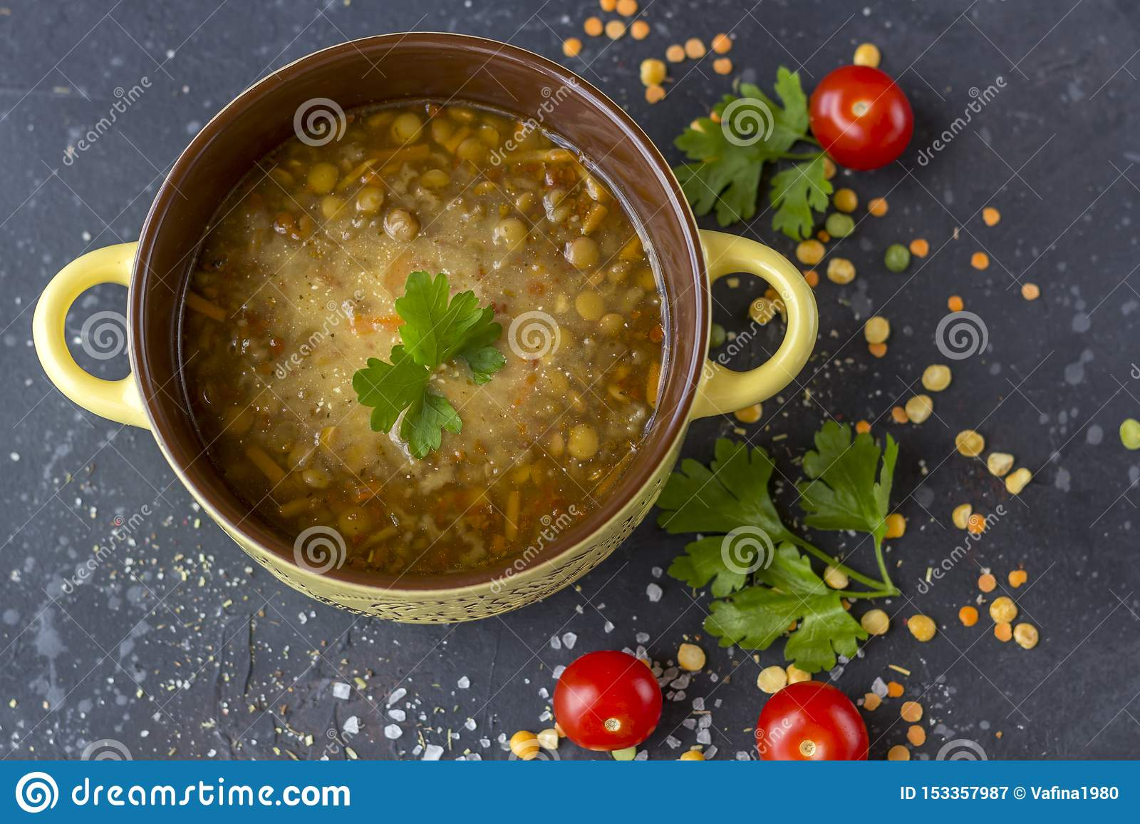 Minestra di lenticchia turca tradizionale Minestra vegetariana casalinga con la lenticchia