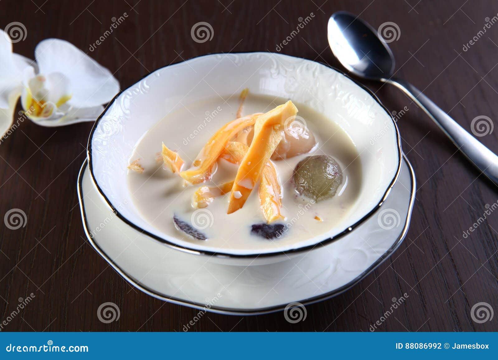Minestra dolce del mango e del litchi
