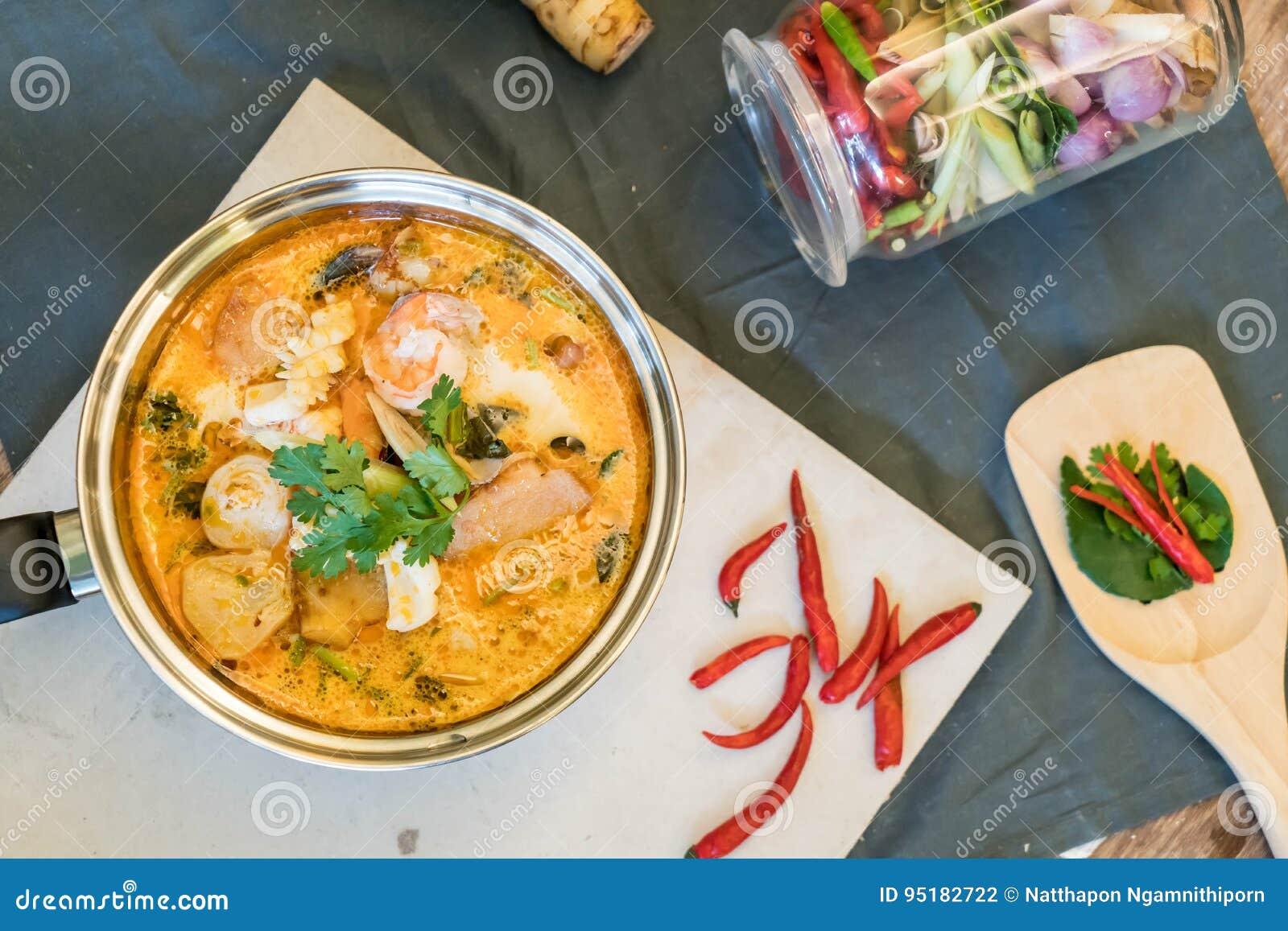 Minestra o Tom Yum Seafood acida dei frutti di mare