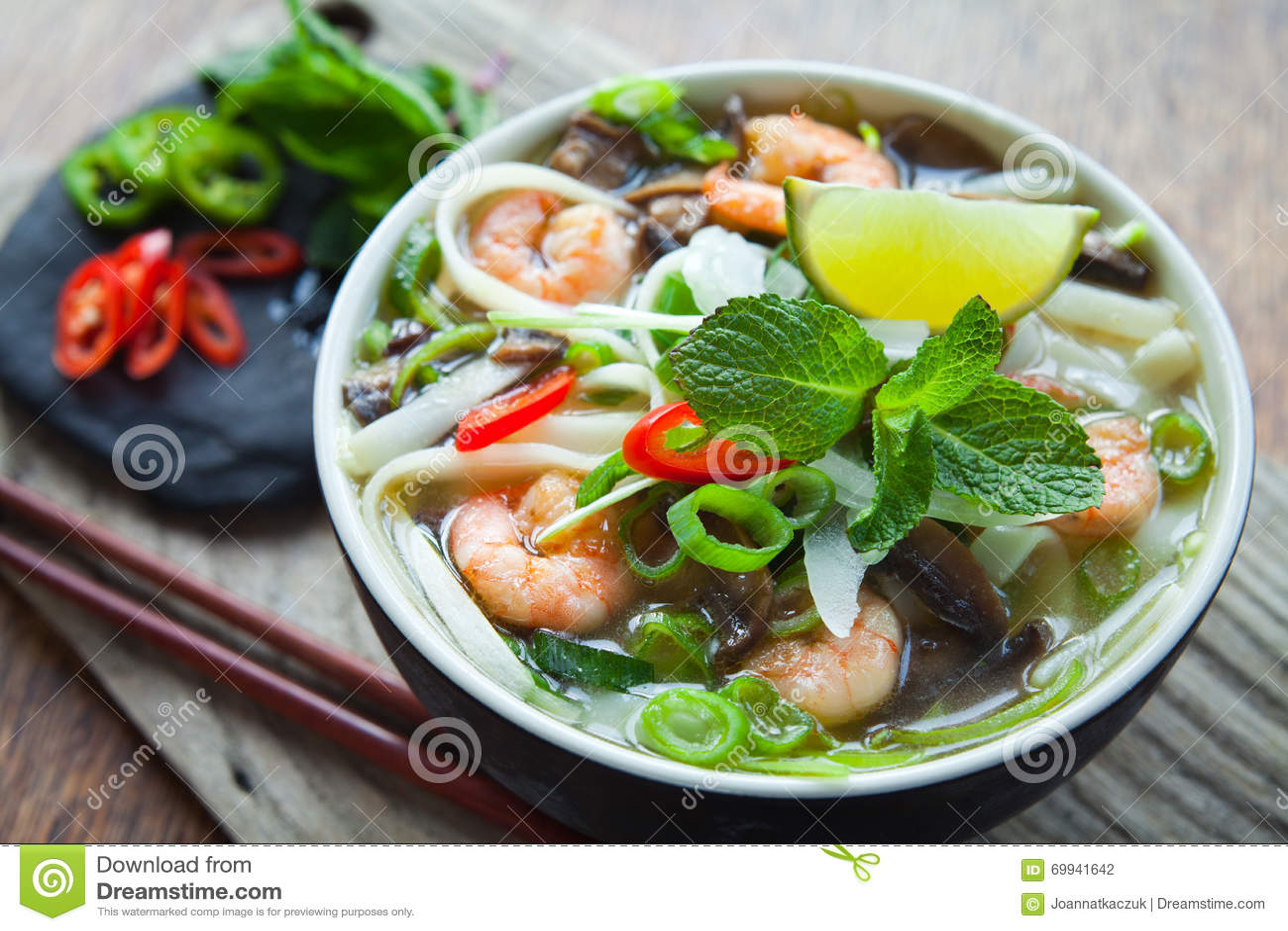 Minestra vietnamita del gamberetto del gamberetto di yum di gatto di pho