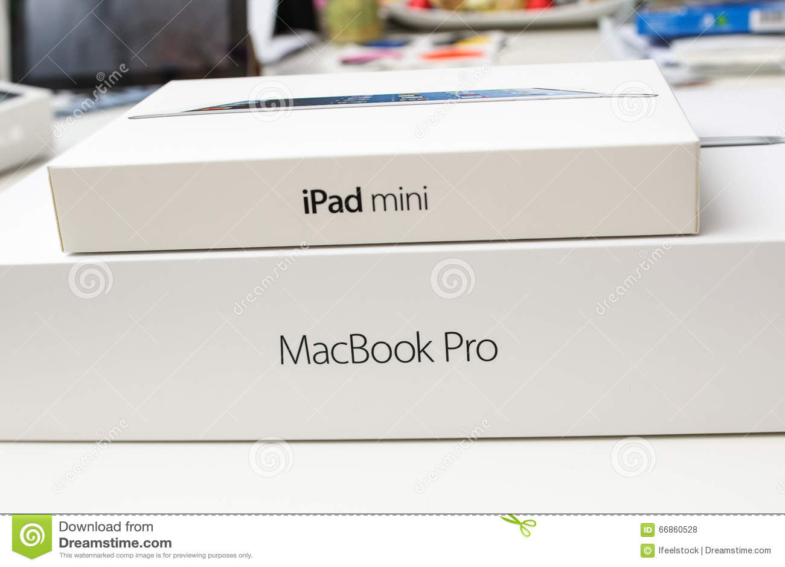 Mini- ask för ny Apple iPad ovanför den nya Apple MacBook Pren