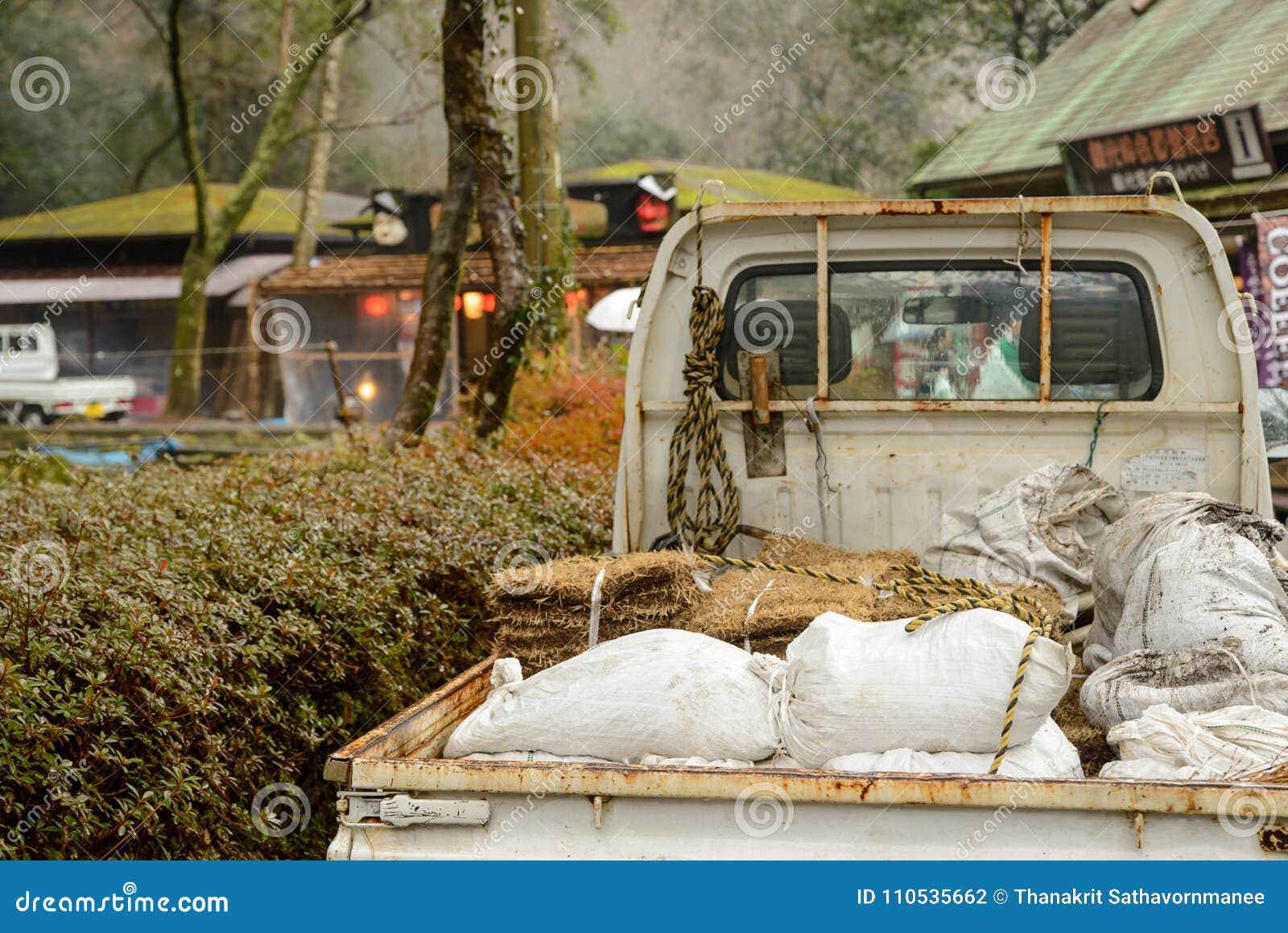 Mini camionete com adubo e feno