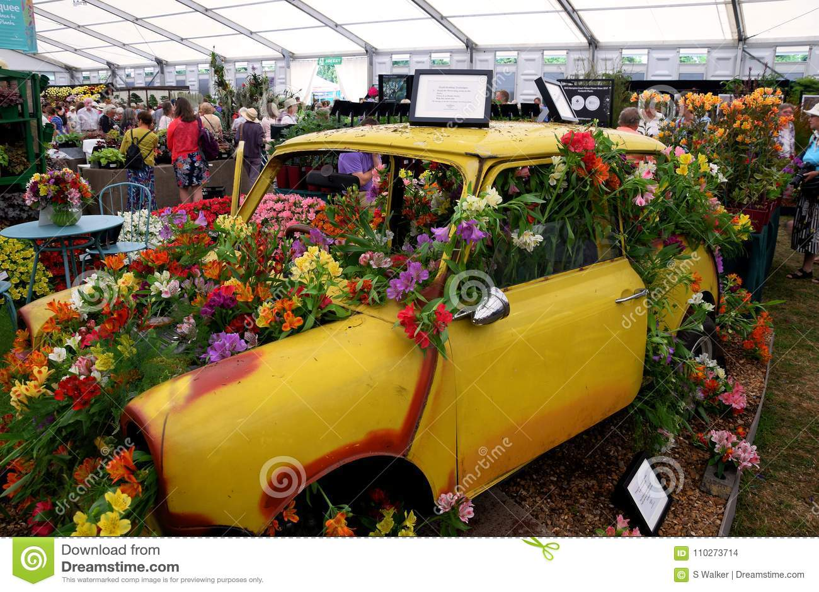 Mini carro amarelo, decorado com os lírios peruanos brilhantemente coloridos