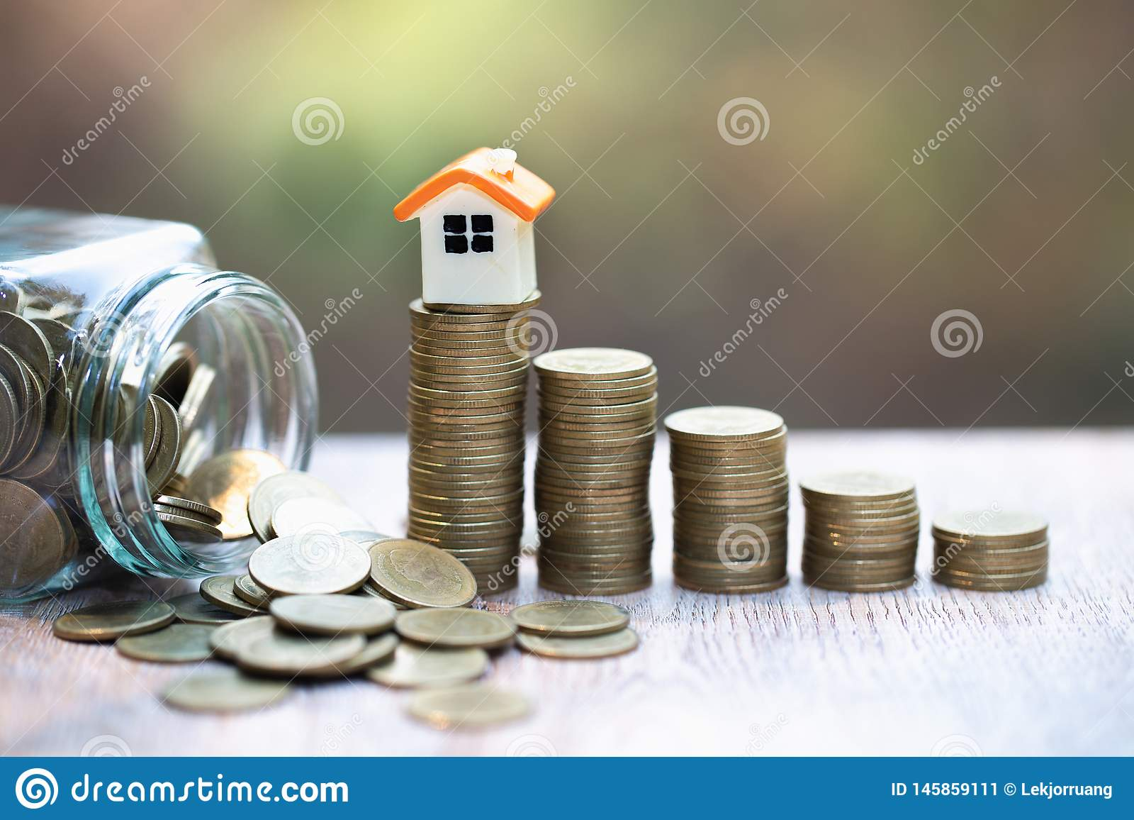 Mini casa na pilha de moedas Conceito da propriedade e da gest?o de riscos do investimento