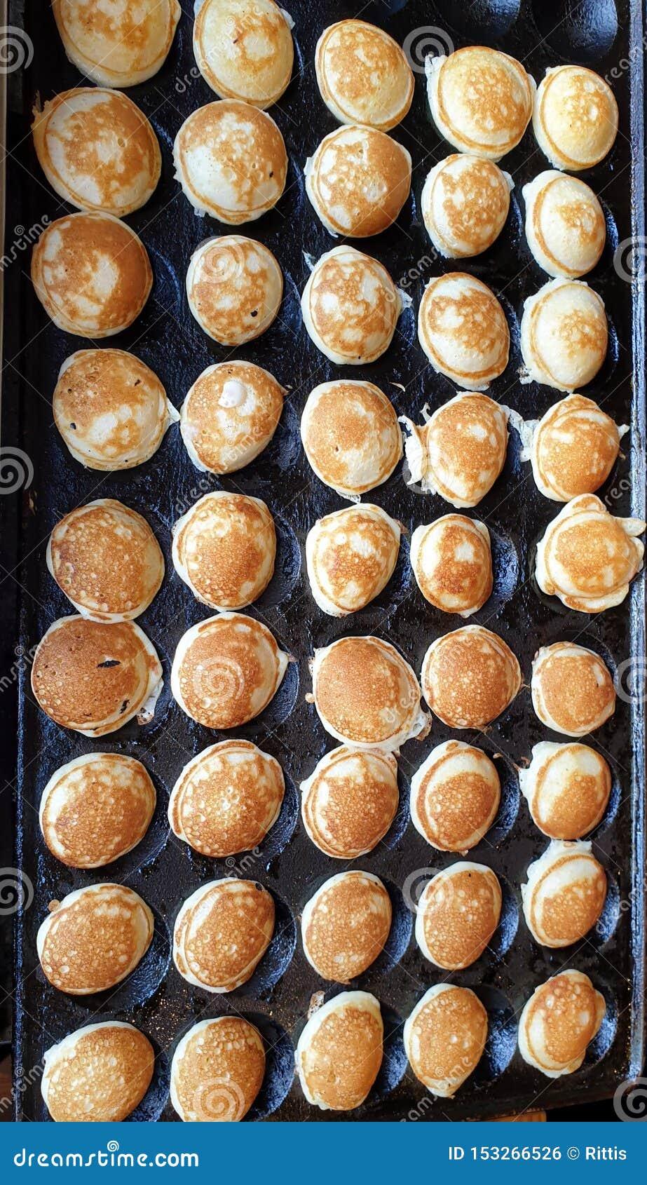 Mini crêpes délicieuses étant faites frire dans une casserole faite sur commande de fer Photographié à Tallinn, l Estonie