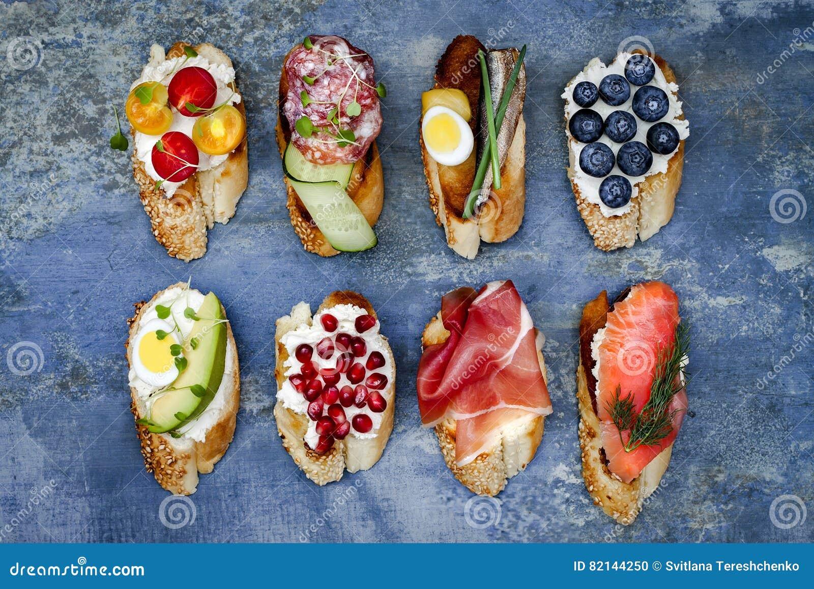 Mini ensemble de nourriture de sandwichs Brushetta ou tapas espagnols traditionnels authentiques pour la table de déjeuner Casse-