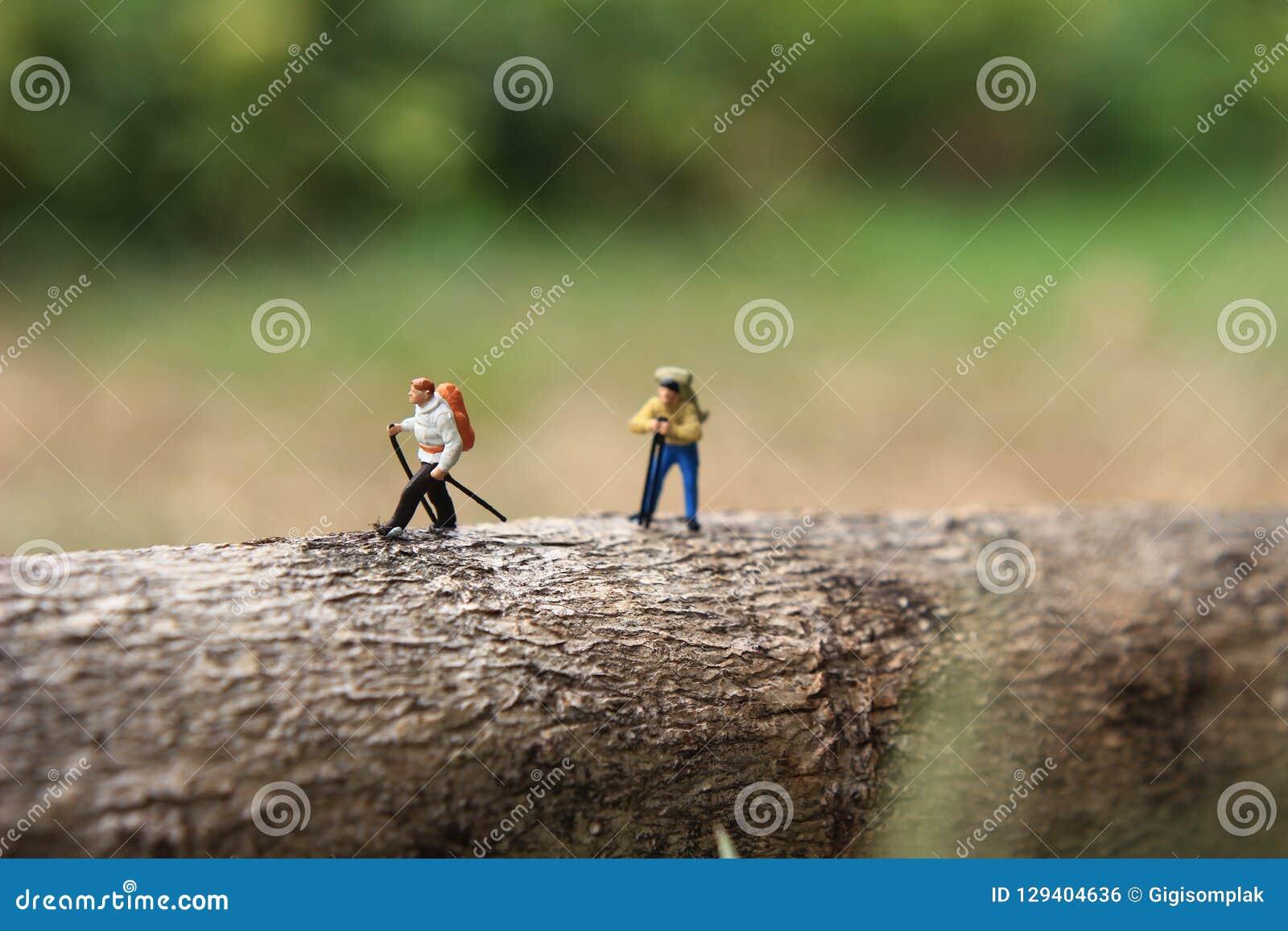 Mini Figure Hiker, caminando en el árbol horizontal