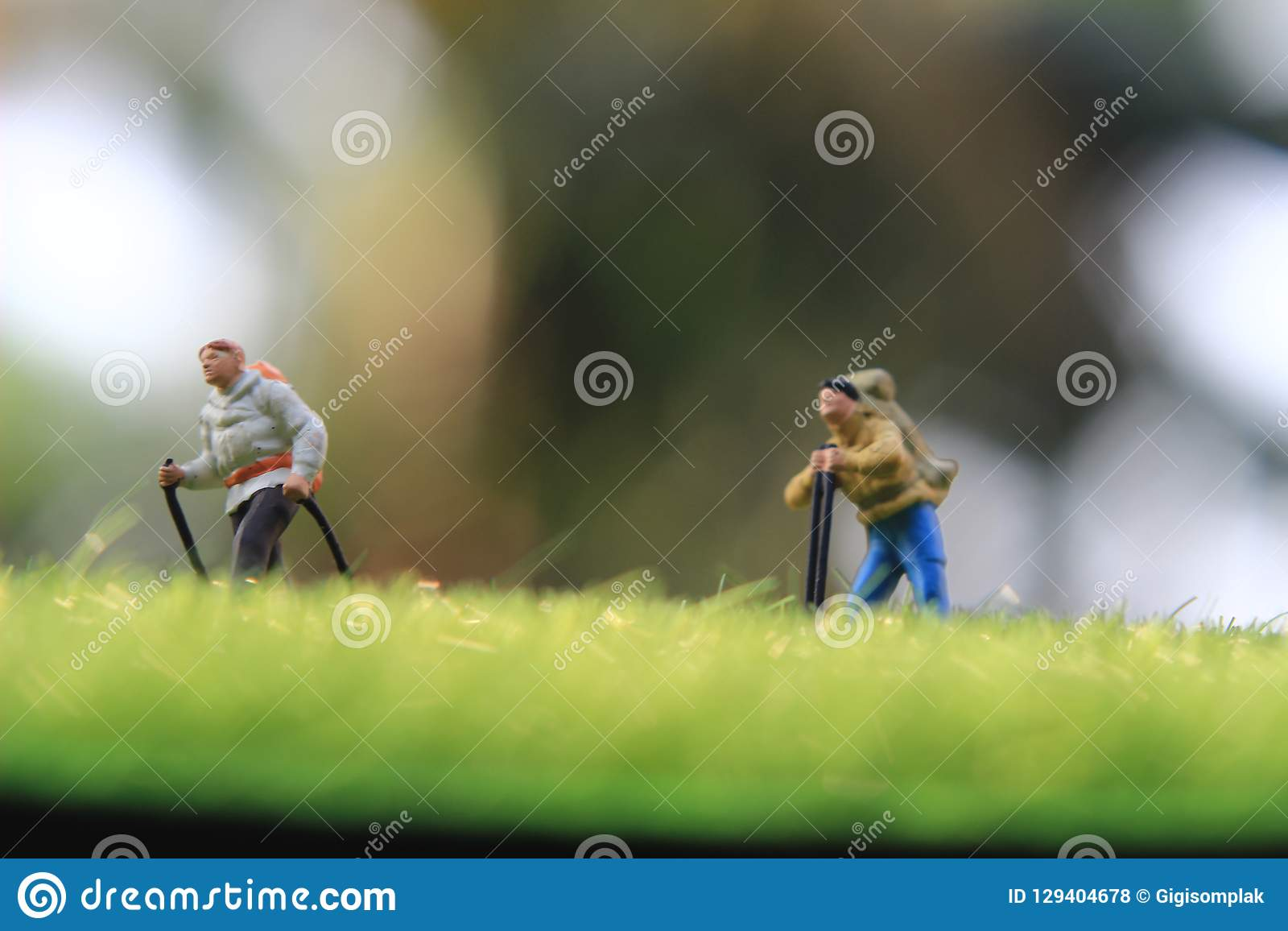Mini Figure Hiker, die bij grasgebied lopen,