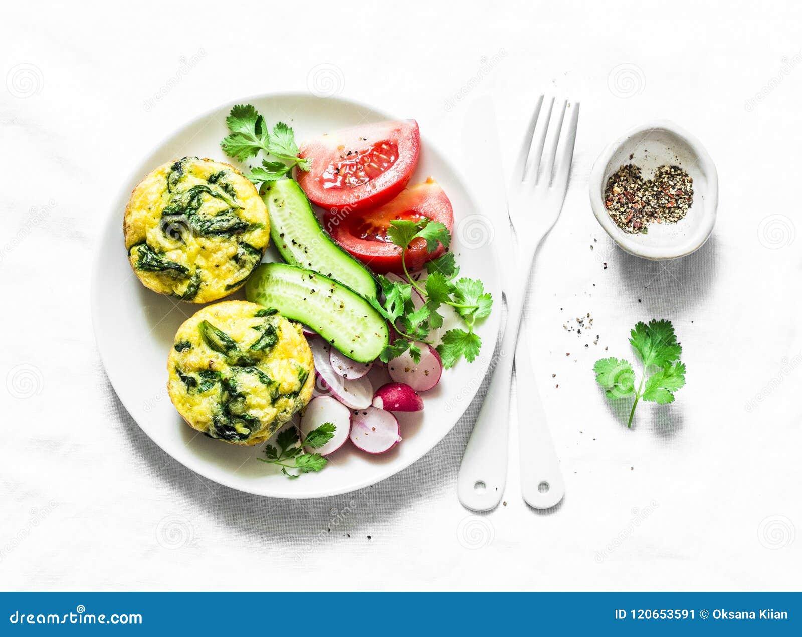 Mini frittata de cheddar d épinards et salade de légumes sur le fond clair, vue supérieure Configuration d appartement de table d