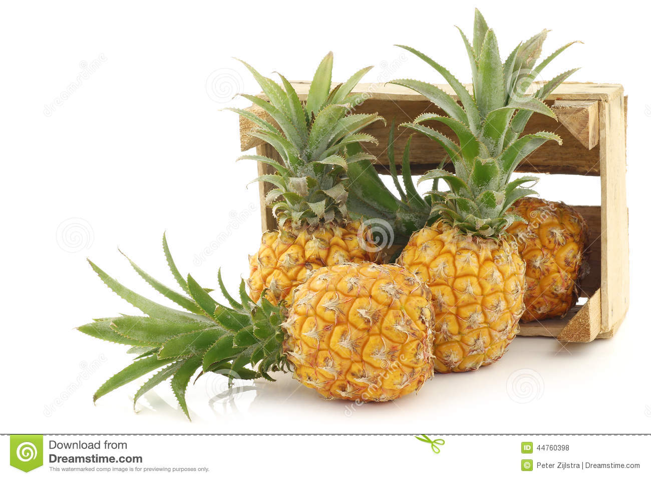 mini fruit frais d 39 ananas dans une bo te en bois photo. Black Bedroom Furniture Sets. Home Design Ideas