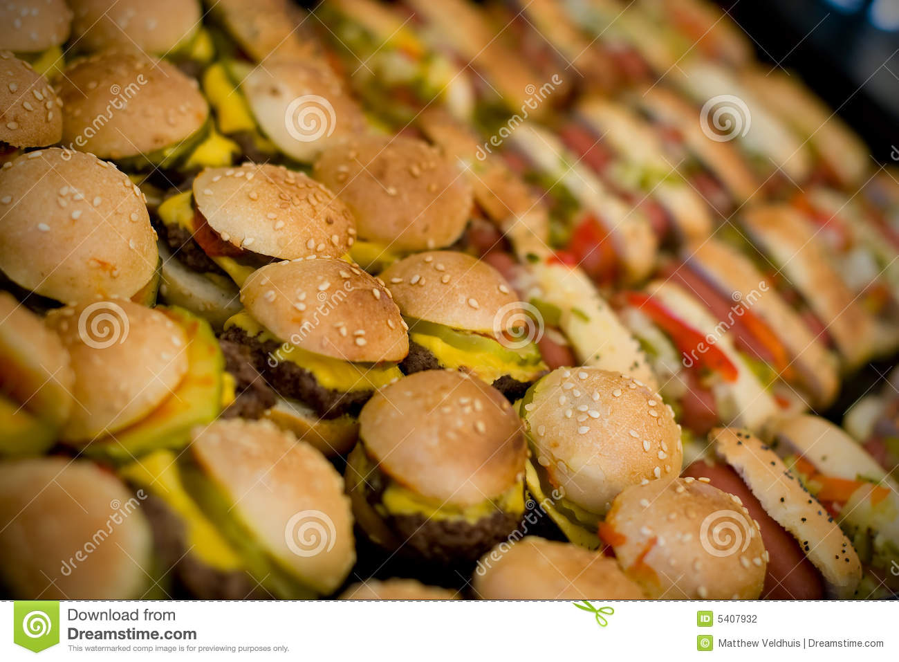 Mini hamburgers et hot dogs