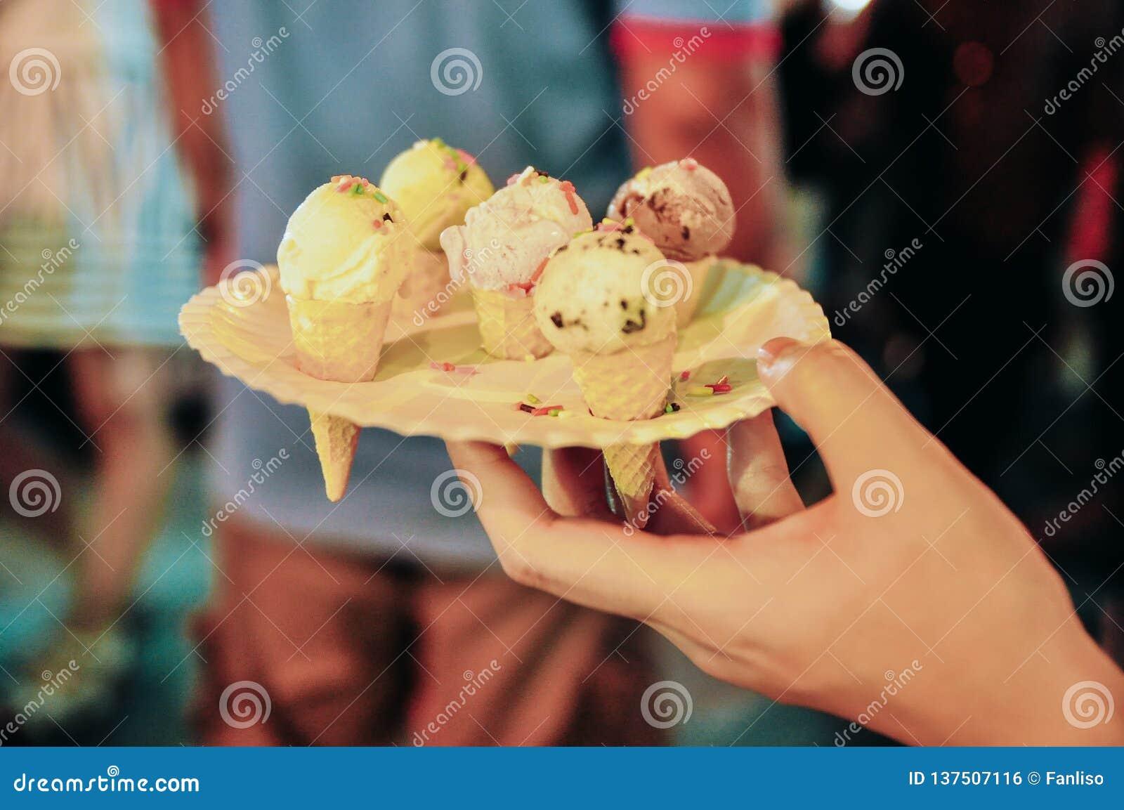 Mini helado lindo en una placa