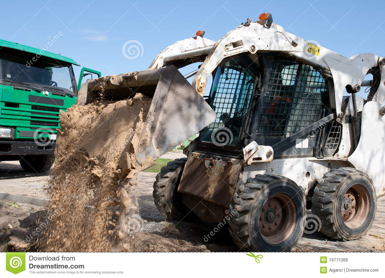 Mini máquina escavadora no canteiro de obras