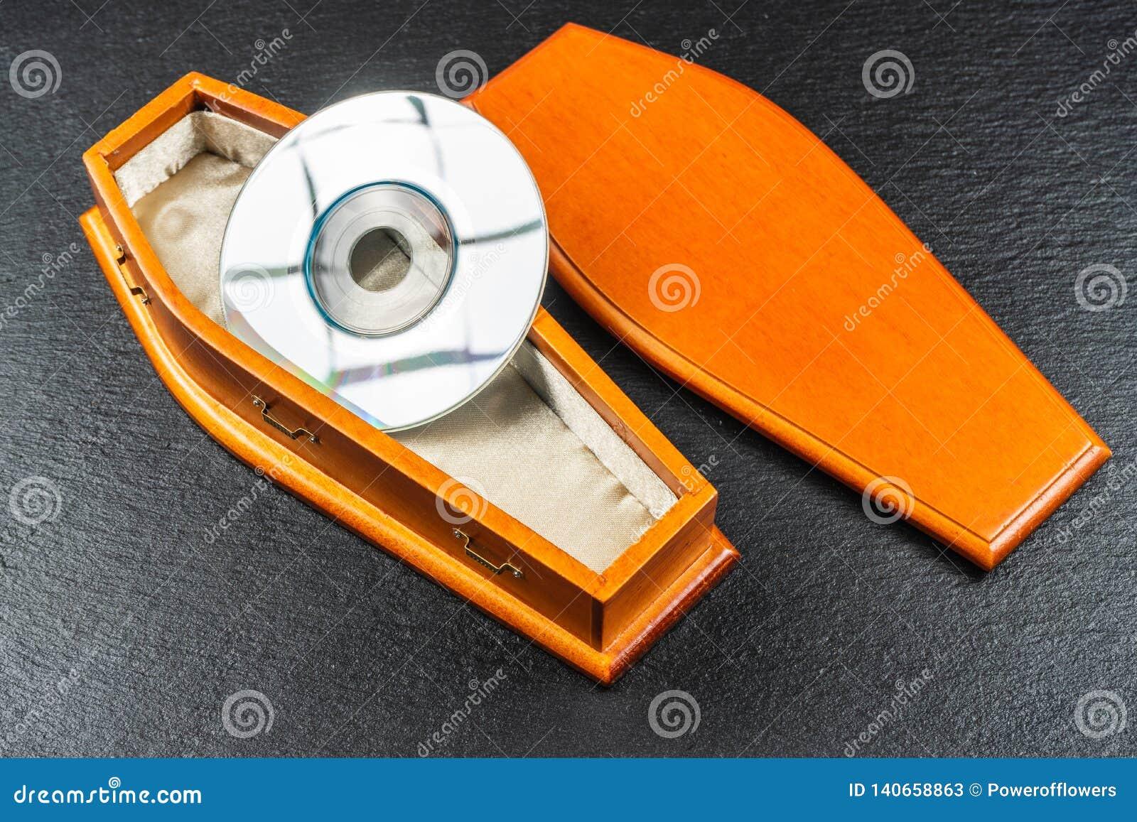 Mini płyta kompaktowa lub kieszeni płyta kompaktowa w trumnie Pojęcie