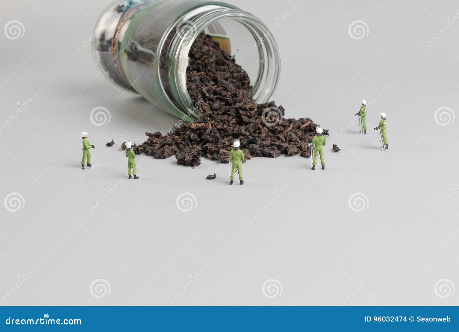 Mini pacnięcie drużyna z zrzuconym herbata