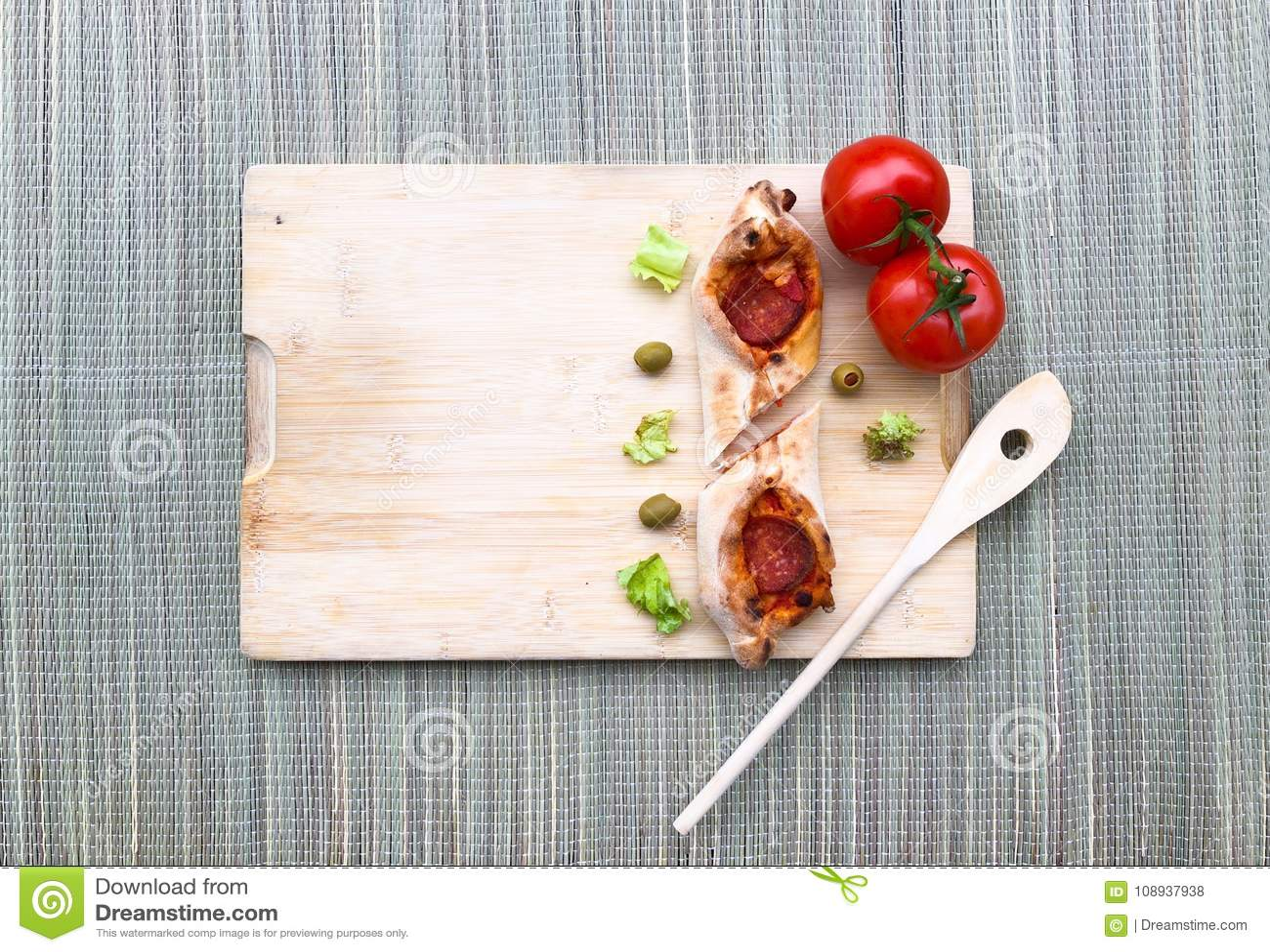 Mini Pizza 2 tomatoolive frische selbst gemachte mit Pepperonis Käse, Tomaten, grün auf hölzernem bambus Hintergrund mit Kopienra
