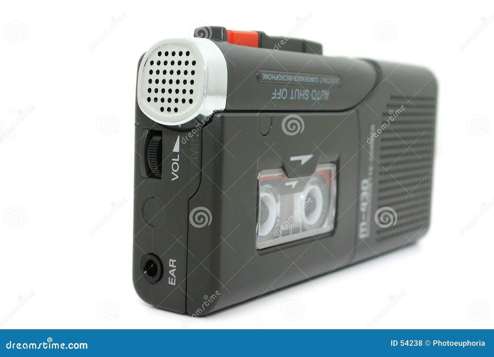 Mini registratore a cassetta isolato su bianco