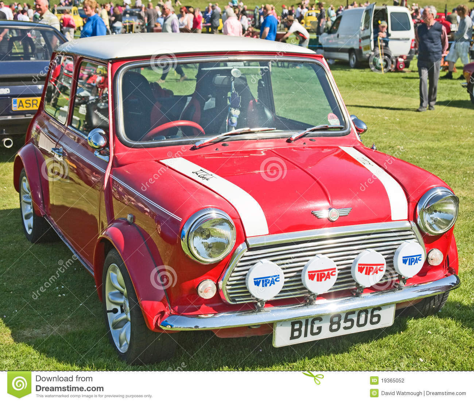 Mini tanoeiro vermelho no dia do tema de Forres.