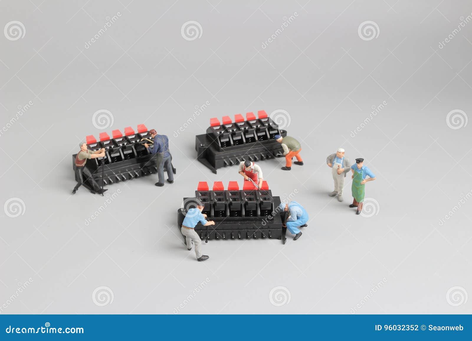 Mini techniciens travaillant à l arrangement d amusement