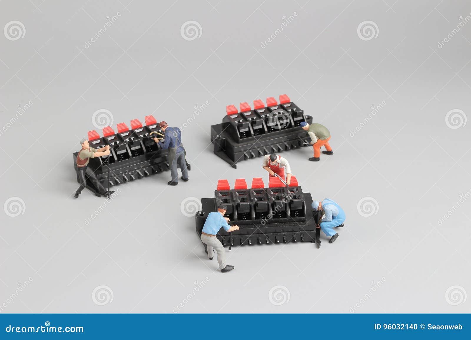 Mini technicy pracuje na zabawy położeniu