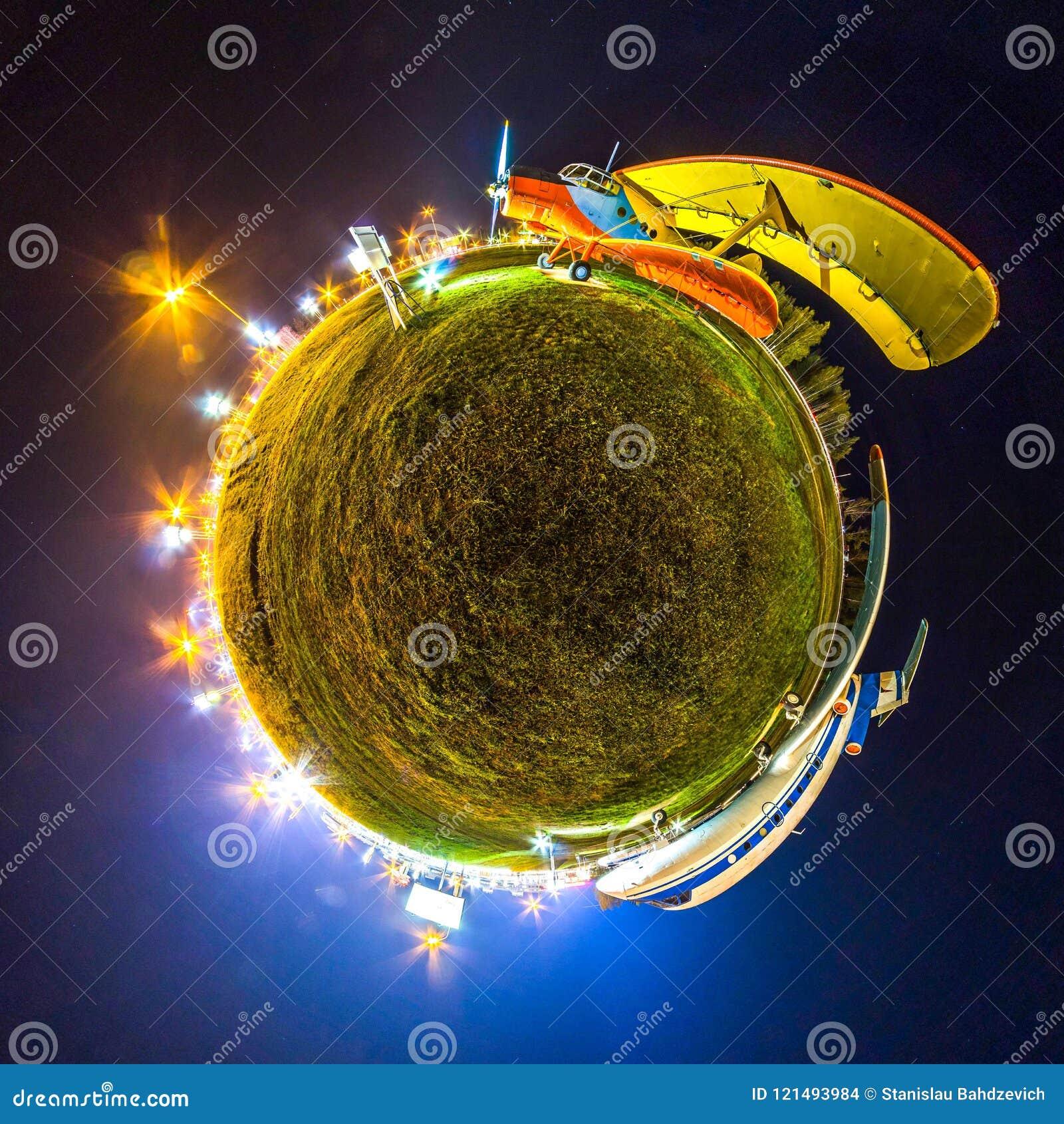 Mini tierra del planeta Poca tierra del planeta con el ángel de visión 360 Panorama del globo del mundo Aviones en la noche con l