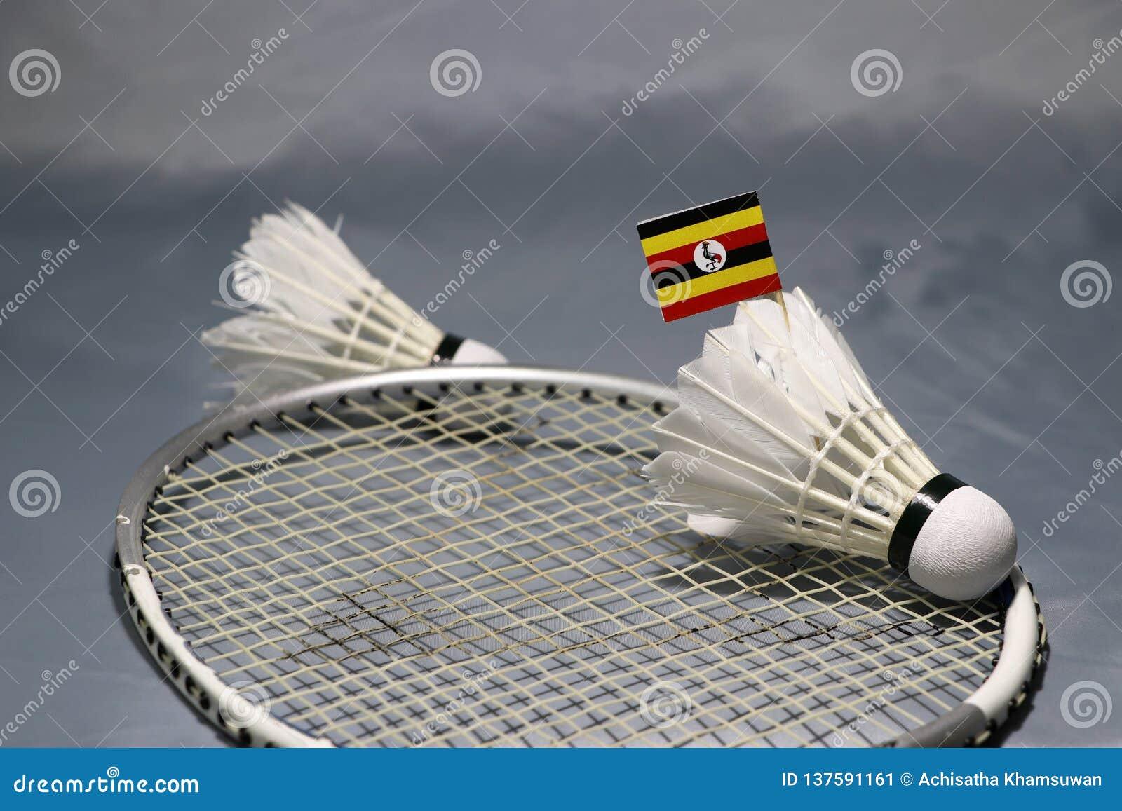 Mini Uganda-de vlagstok op de shuttle zette op het net van badmintonracket en concentreert uit een shuttle