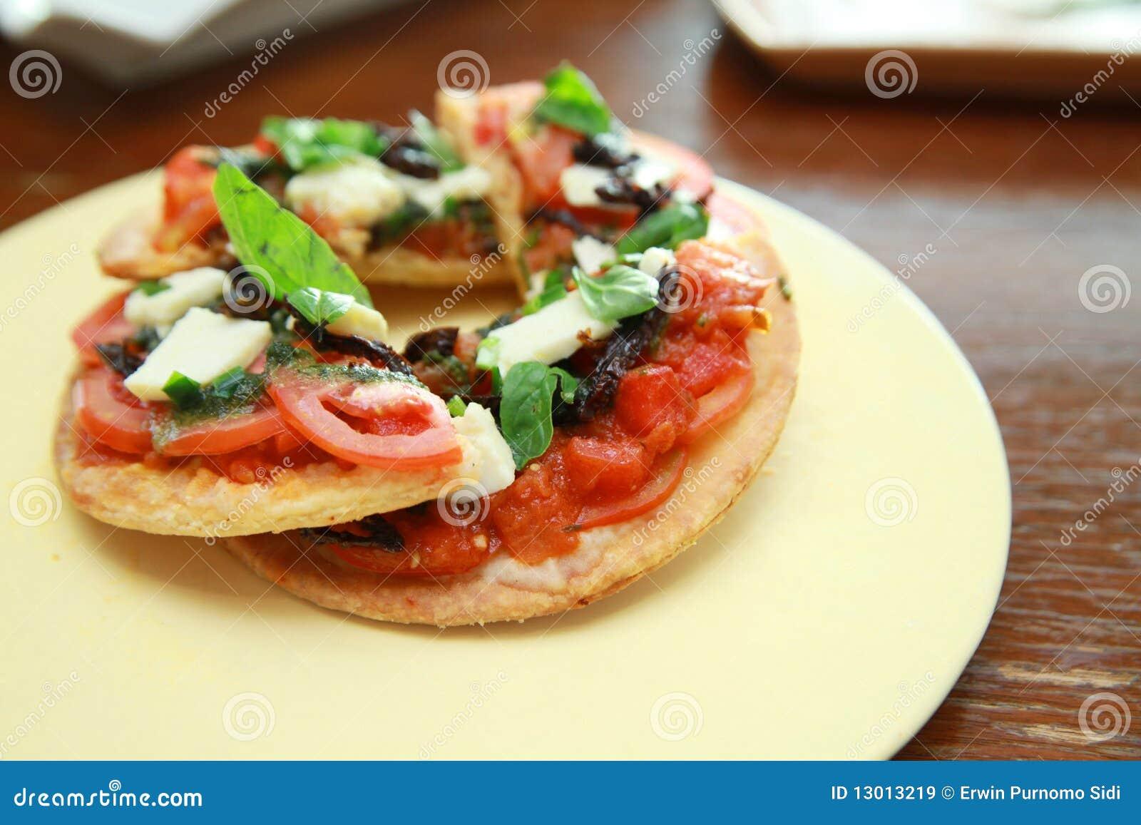 Mini vegetable pizza