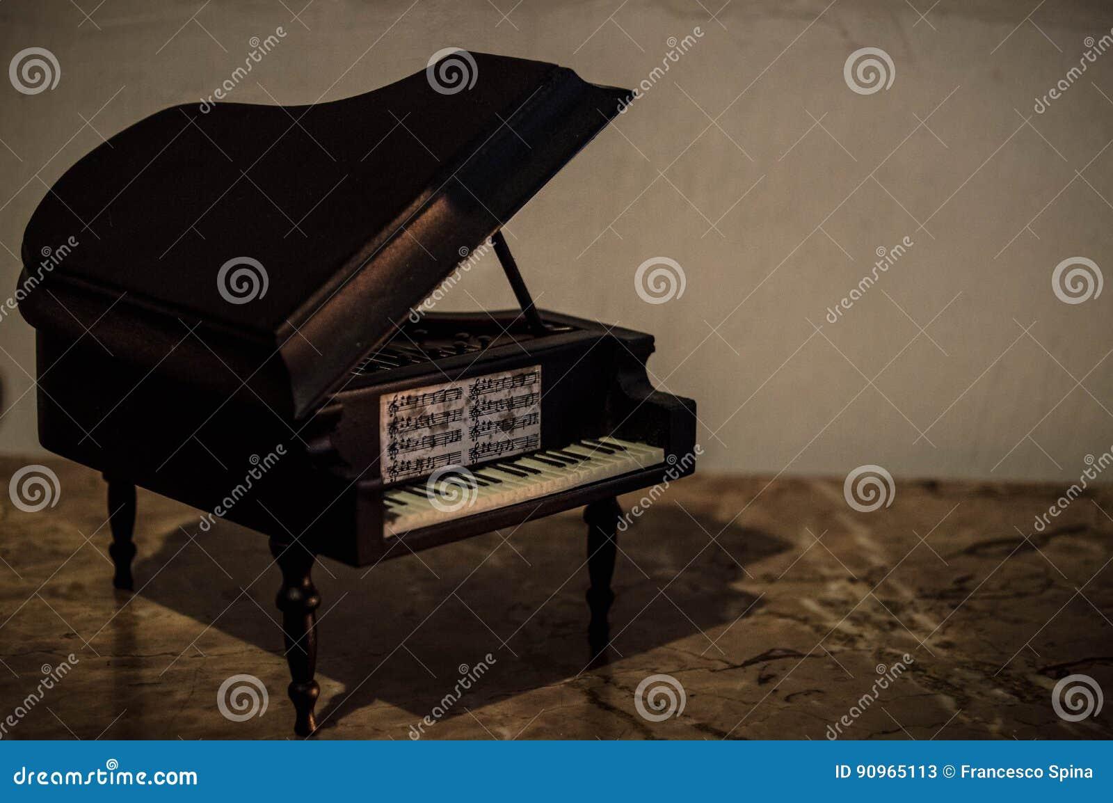 Miniatura del piano con los papeles de la música