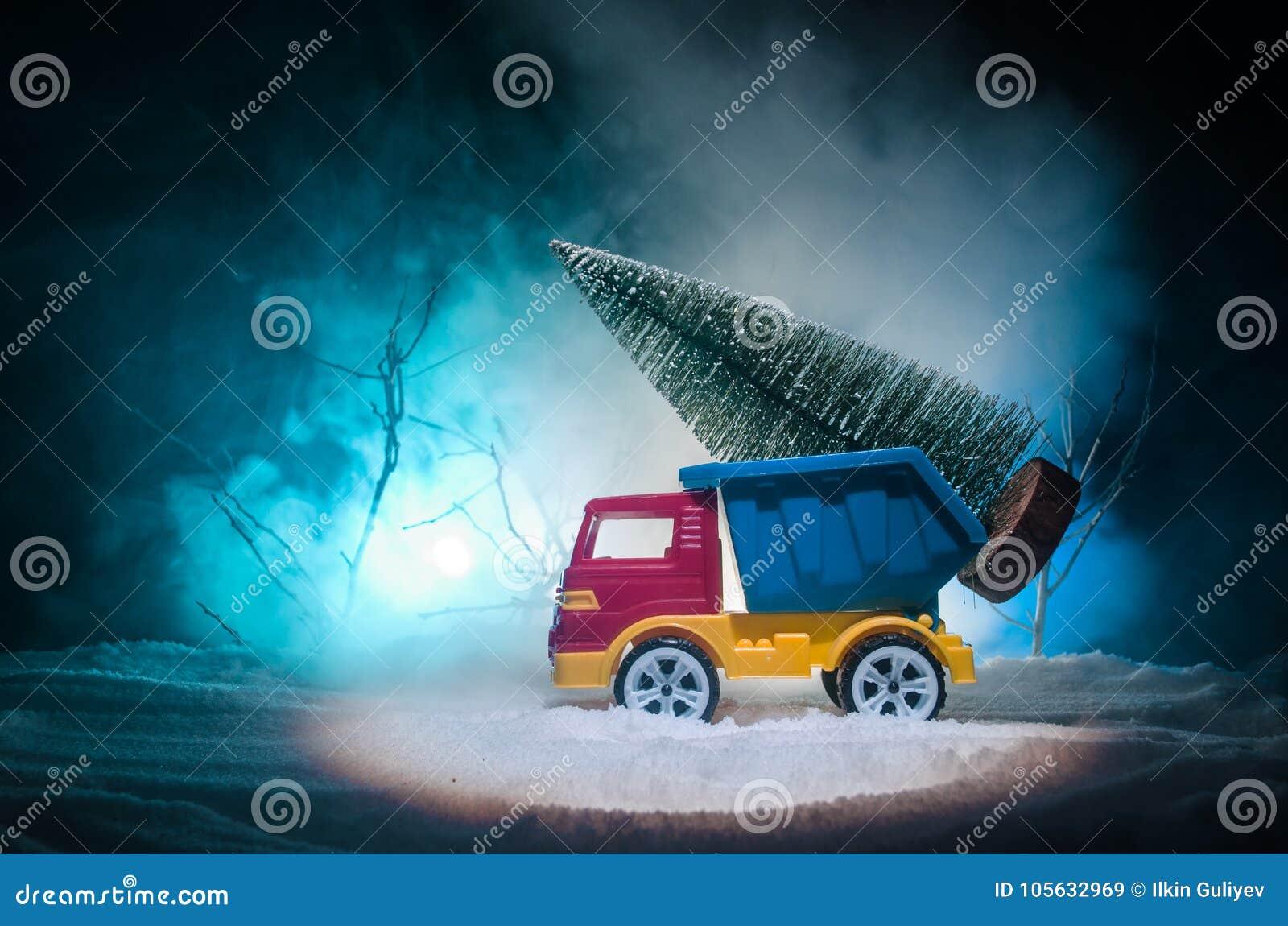 Das Tannenbaum.Miniaturauto Mit Tannenbaum Auf Vorderteilen Des Verschneiten
