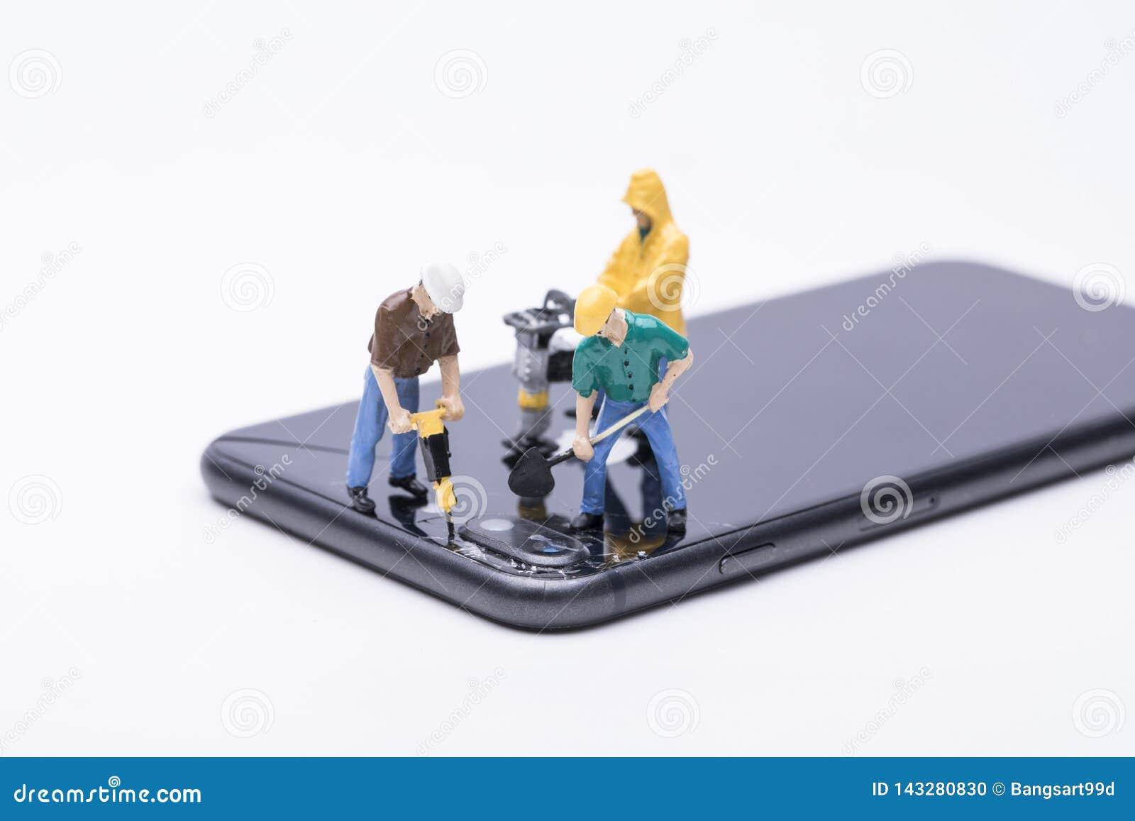 Miniature d ouvrier chargé de l entretien réparant le téléphone