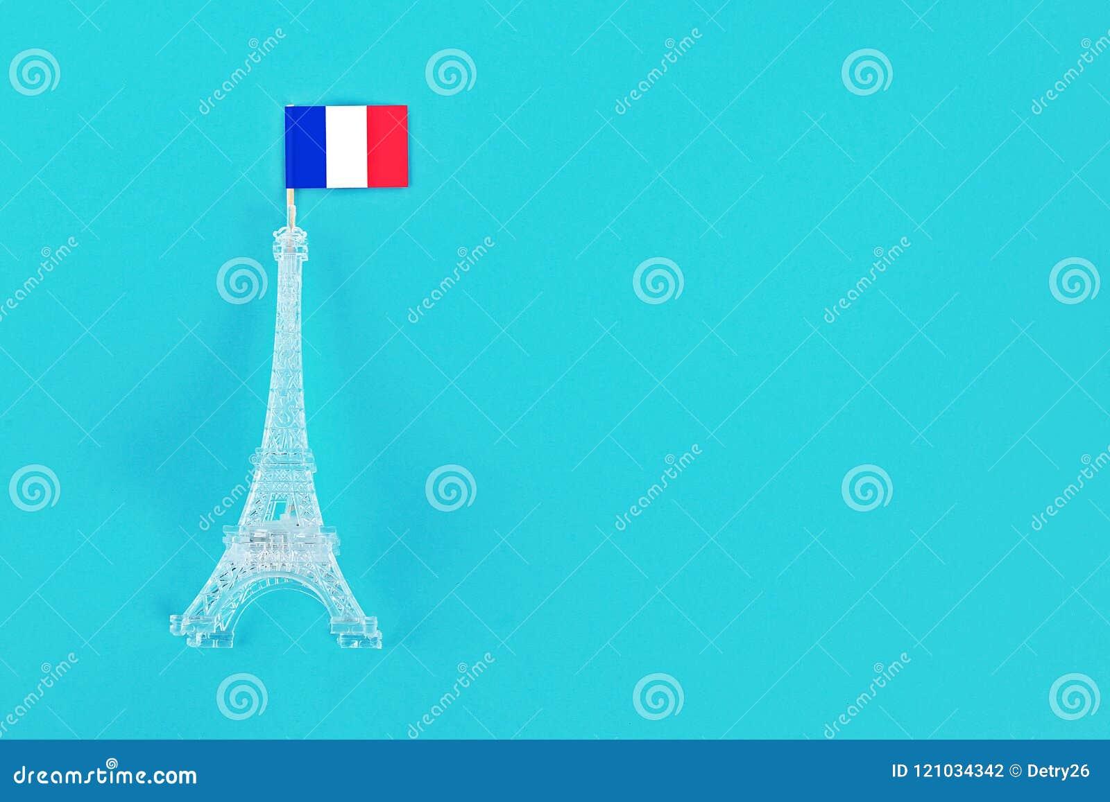 Miniature de Tour Eiffel avec un drapeau français sur un fond bleu Copiez l espace Le concept des vacances est le 14 juillet,