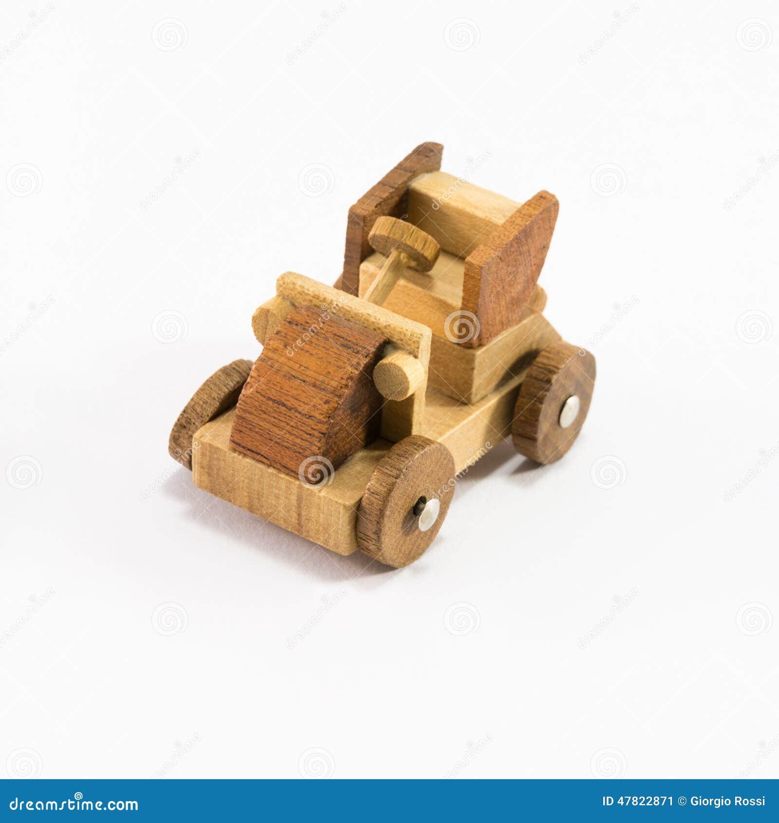 miniature en bois de voiture de jouet d 39 isolement sur le. Black Bedroom Furniture Sets. Home Design Ideas