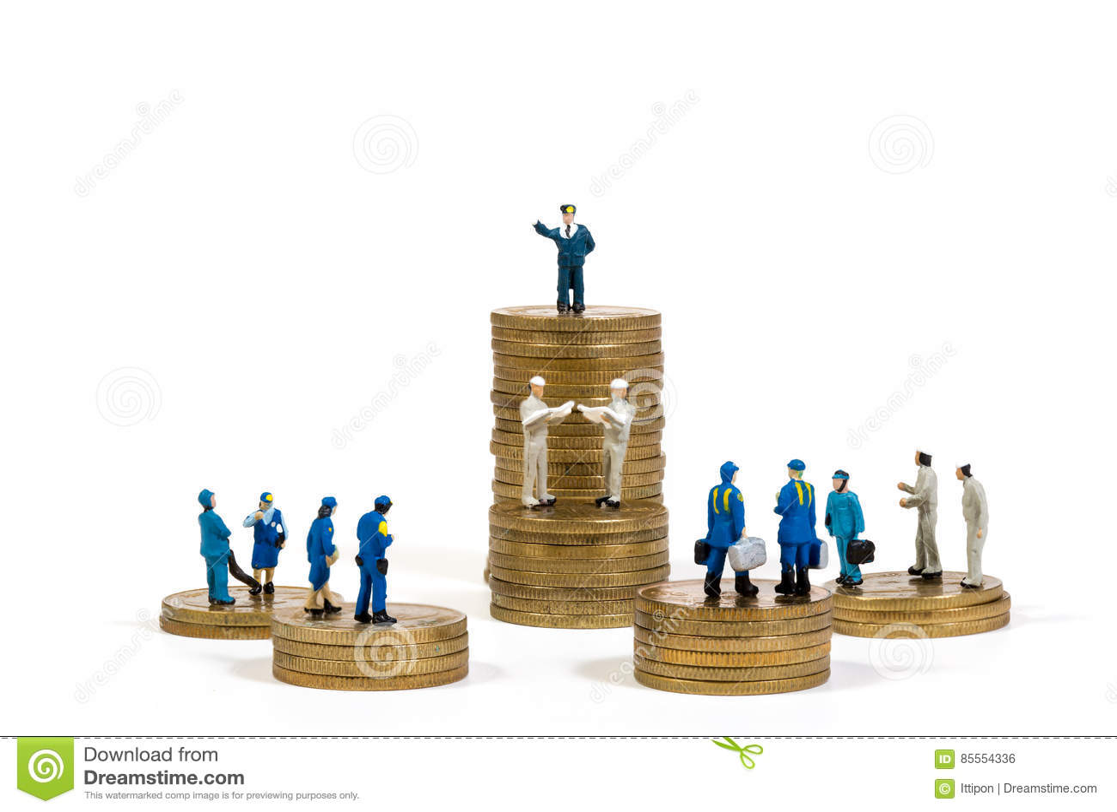 Miniaturgeschäftsleute auf Stapeln Münzen