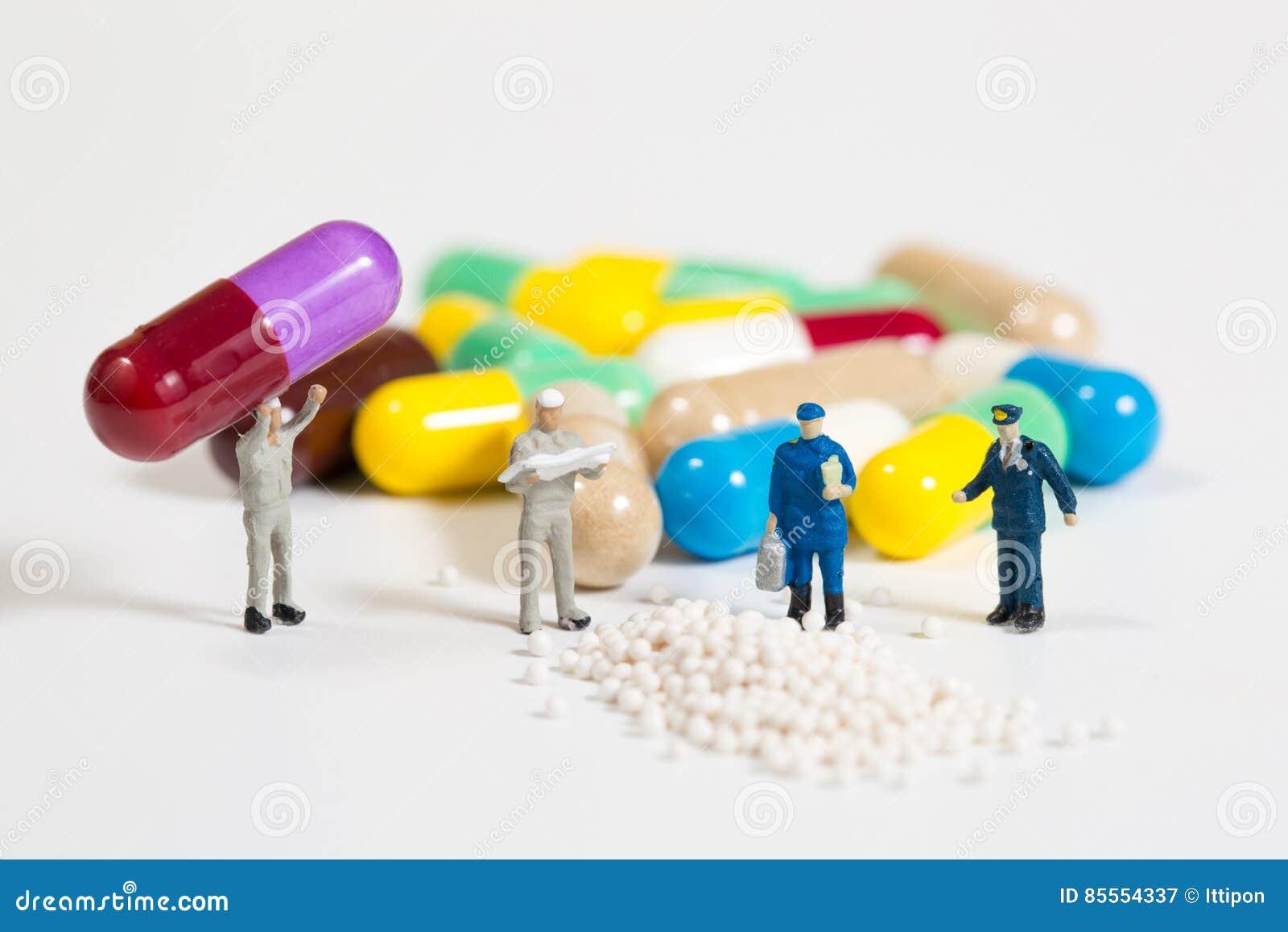 Miniaturleute auf den Drogen oder den Pilsen auf Weiß