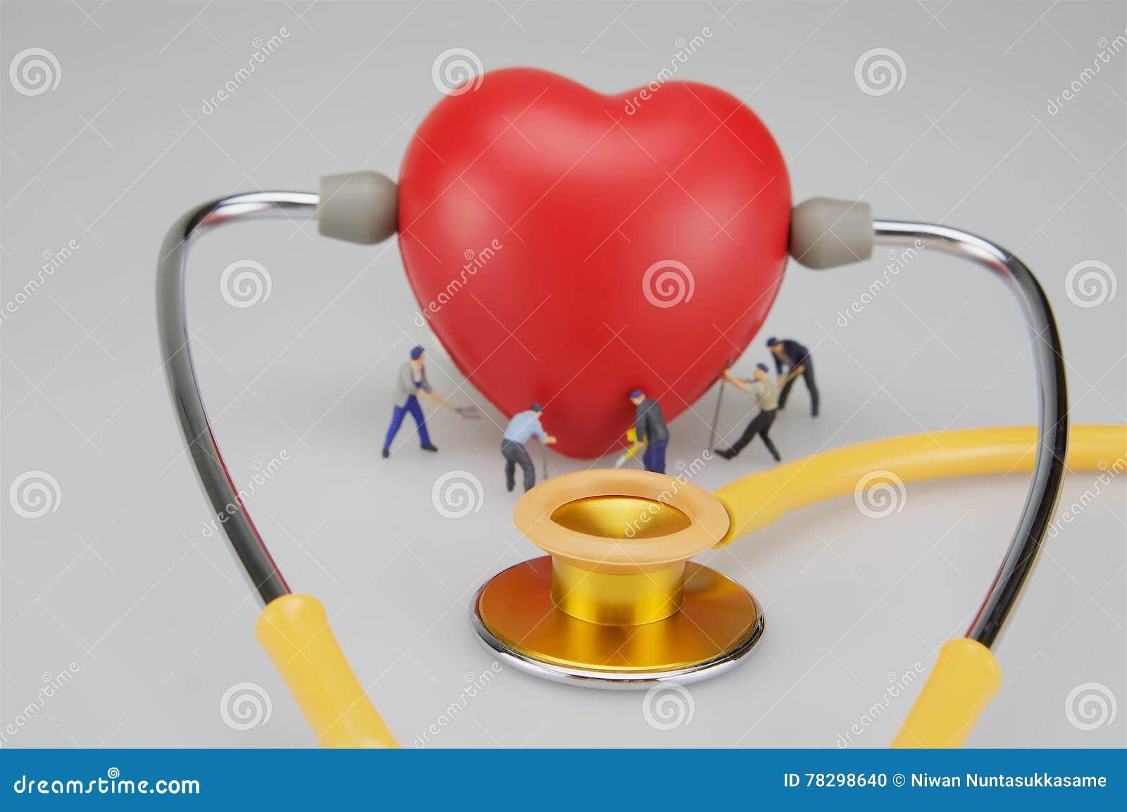 Miniaturleute interessieren sich das Herz