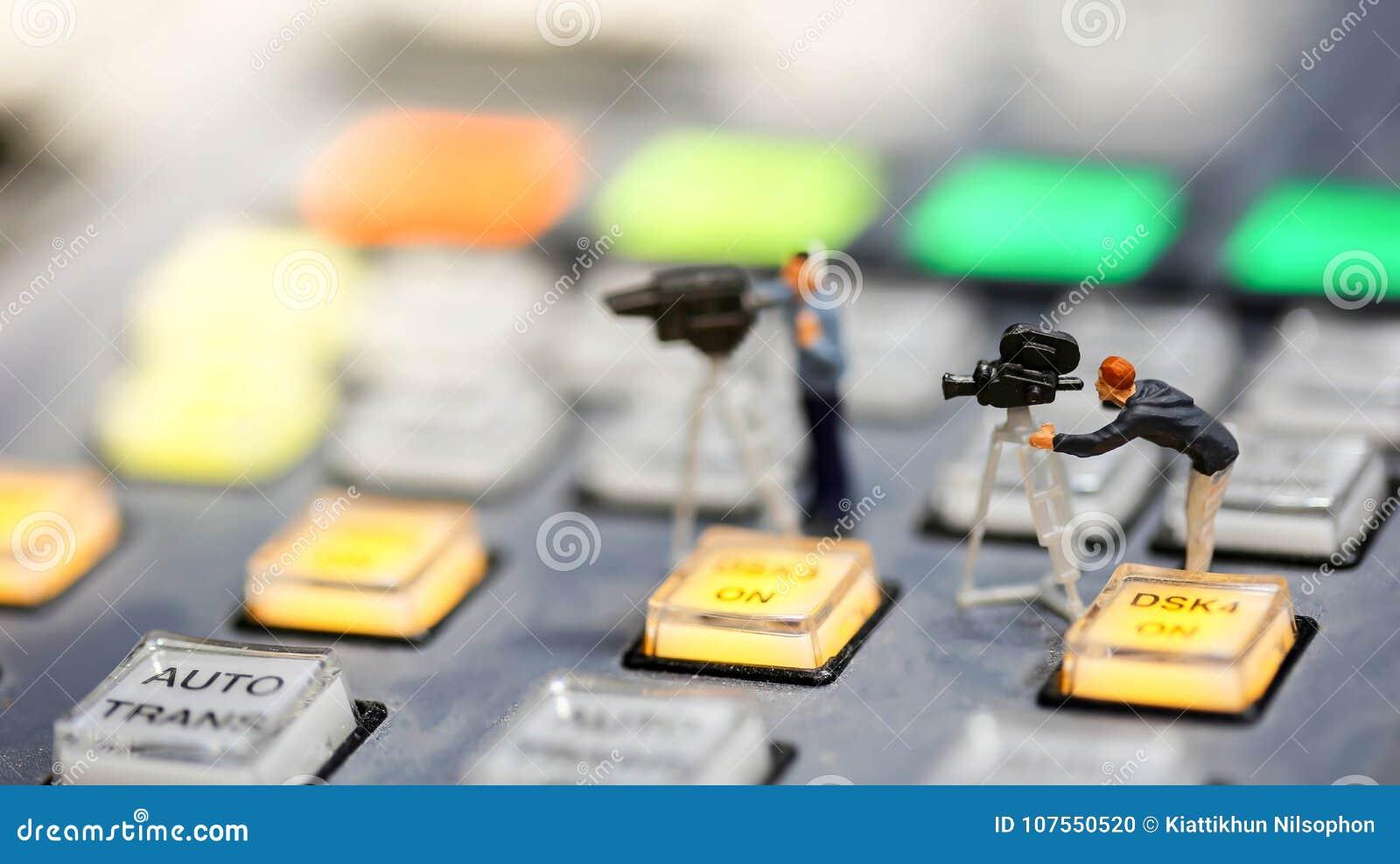 Miniaturleute: Journalisten, Kameramann, Videographer bei der Arbeit