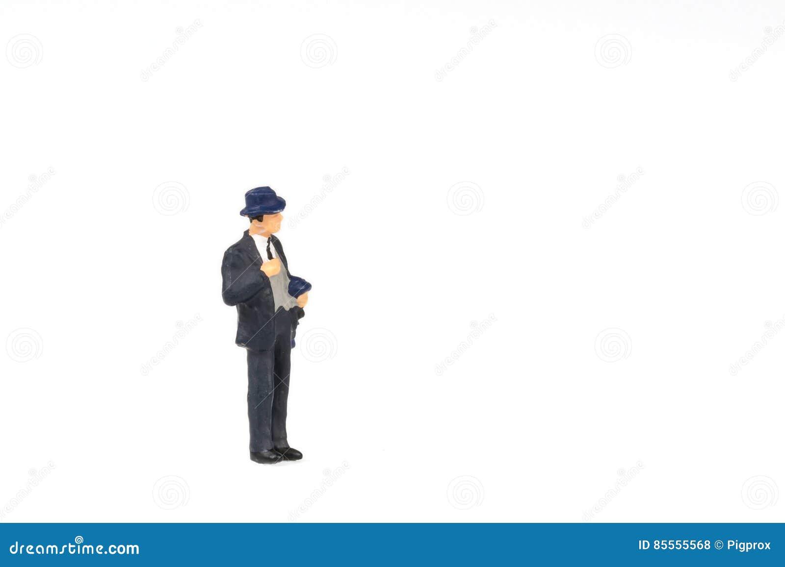 Miniaturleutegeschäftsreisender auf Hintergrund mit Raum für