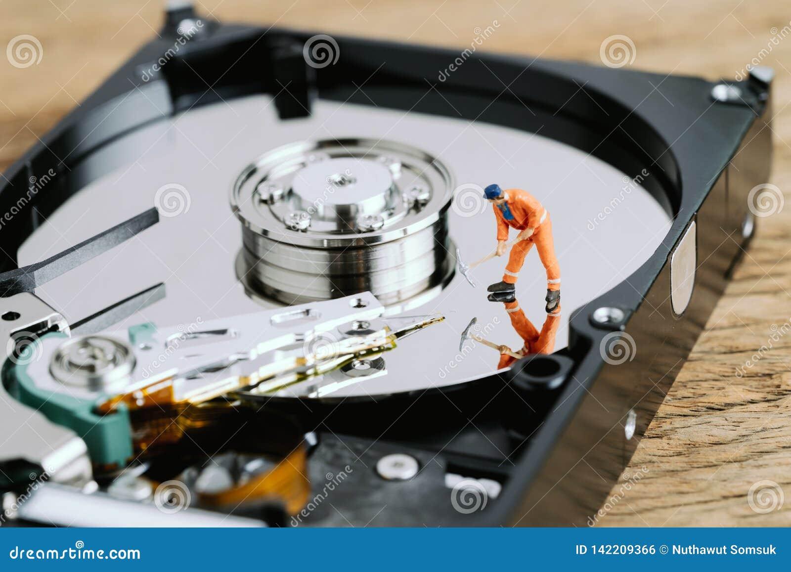 Miniaturowego pracownika lub fachowego personelu głębienie na HDD, dysk twardy używać jako dane kopalnictwo, dane wznawia lub zał