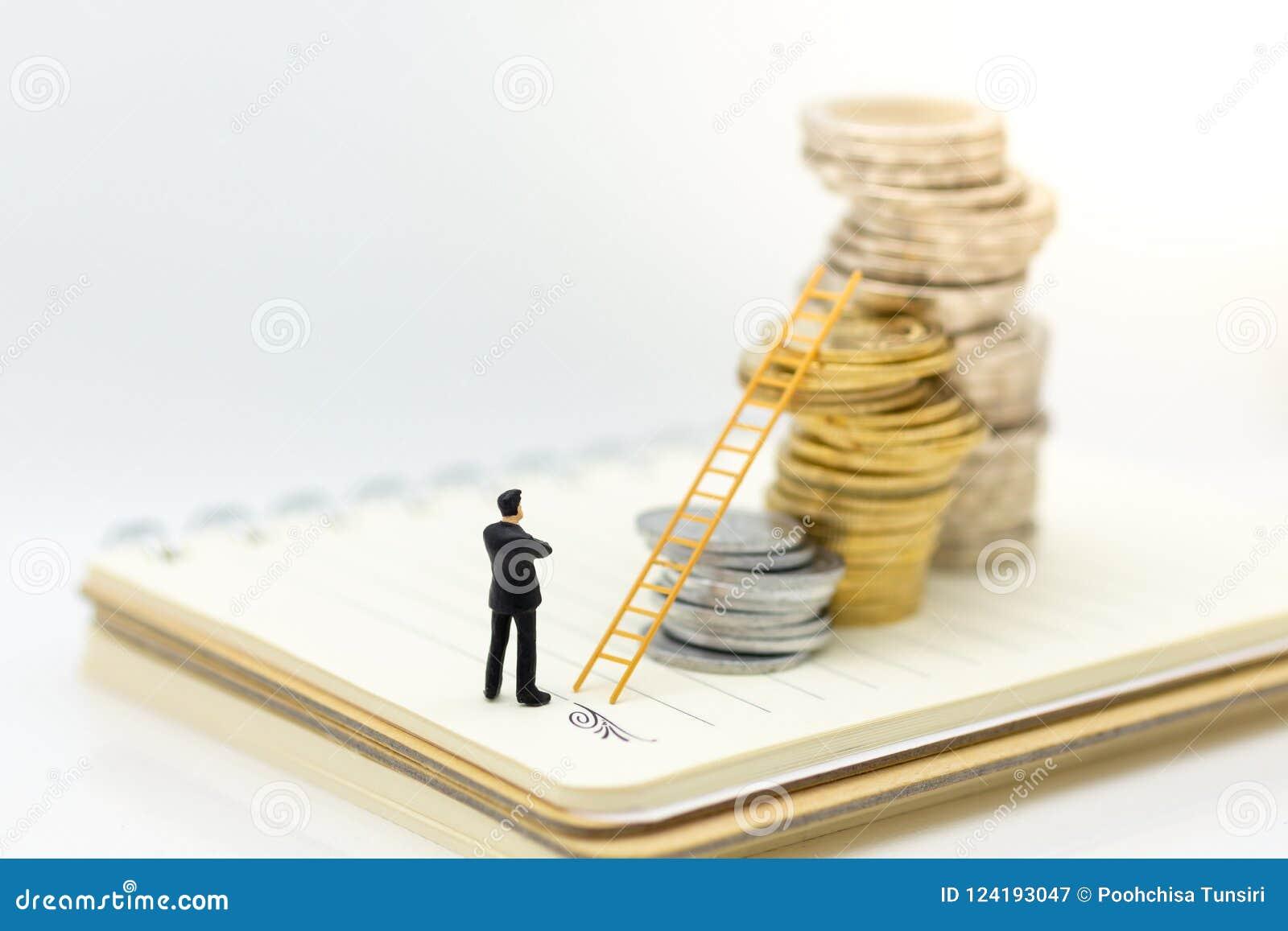 Miniaturowi ludzie: Biznesmen pozycja na stercie monety z schodkiem i główkowanie Wizerunku use dla pieniądze przyrosta up, bizne