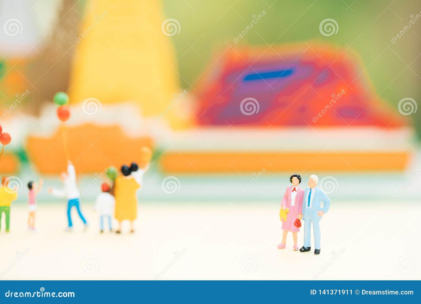 Miniaturowi ludzie: Stara pary postaci pozycja przed świątynią z inny turystycznymi