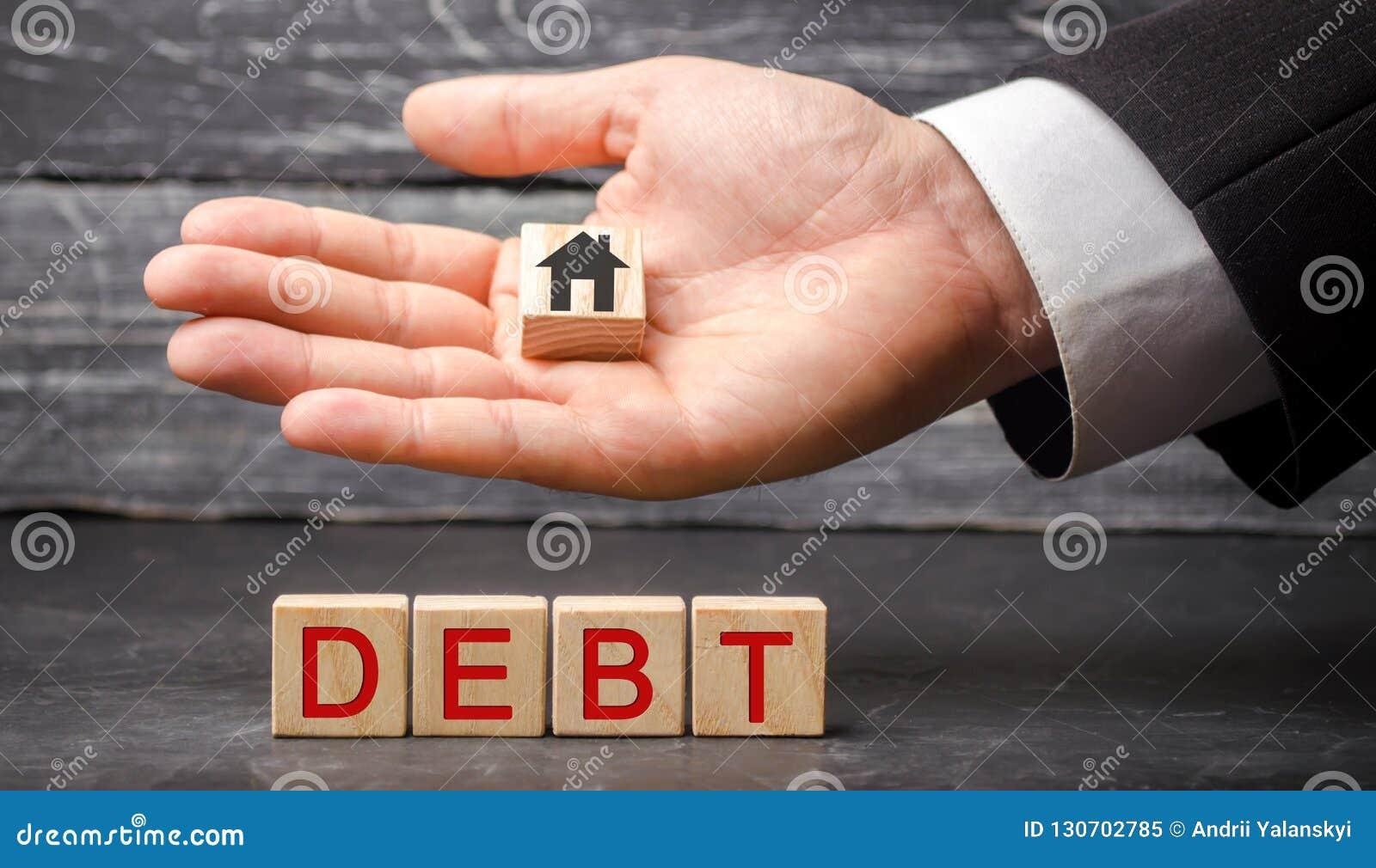 Miniaturowy drewniany dom i «dług «wpisowy Nieruchomość, domowi oszczędzania, pożyczki wprowadzać na rynek pojęcie Zapłata nieruc
