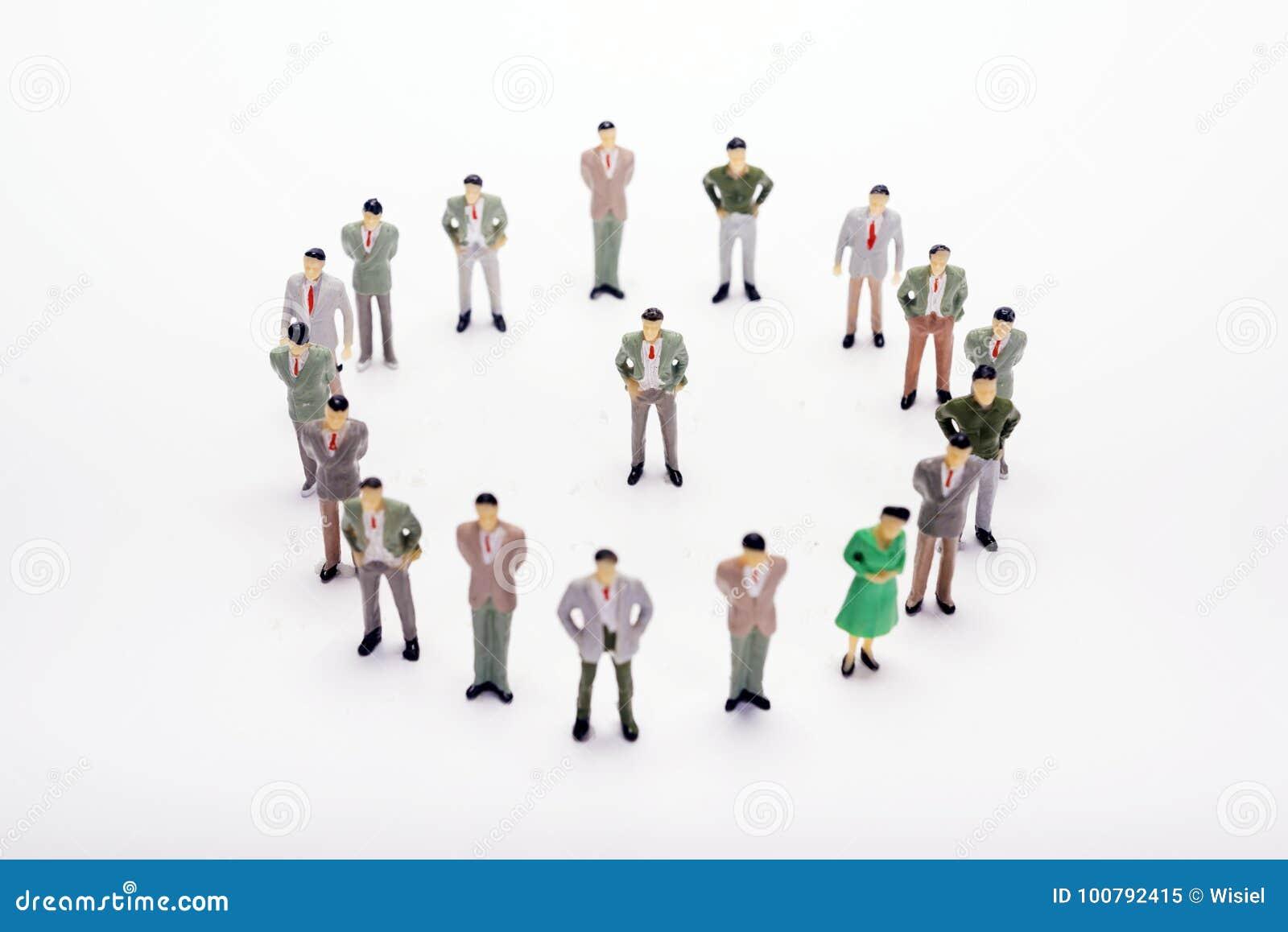 Miniatuur bedrijfsmensen die zich in cirkel over achtergrond of bedelaars bevinden