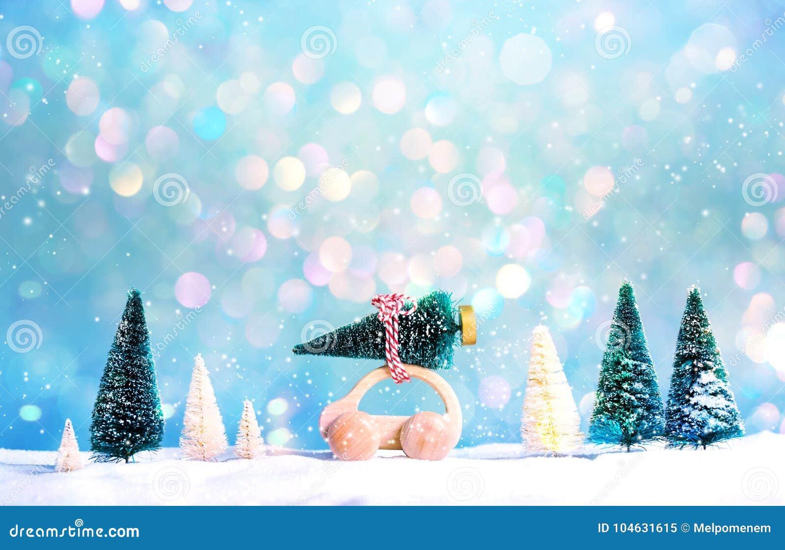 Download Miniatuur Houten Auto Die Een Kerstboom Dragen Stock Afbeelding - Afbeelding bestaande uit gelukkig, niemand: 104631615