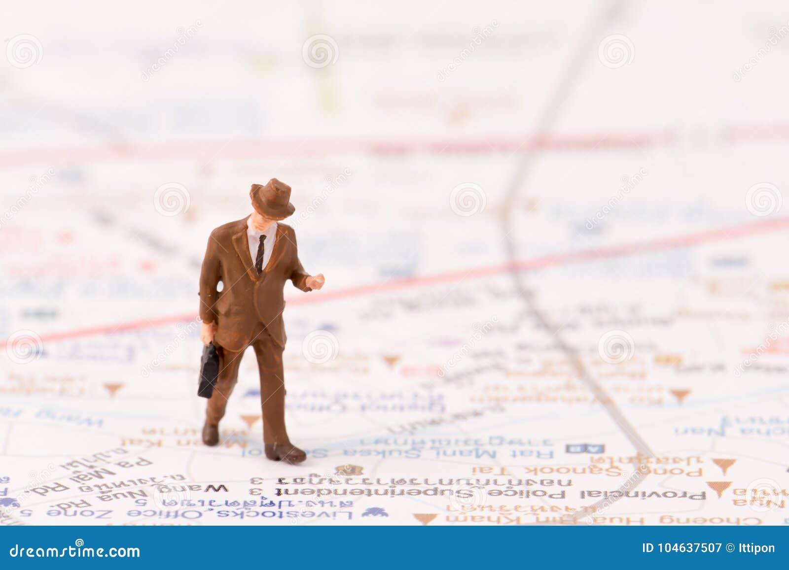 Download Miniatuurbeeldjes Van Reiziger Met Kaartachtergrond Stock Afbeelding - Afbeelding bestaande uit reiziger, klein: 104637507