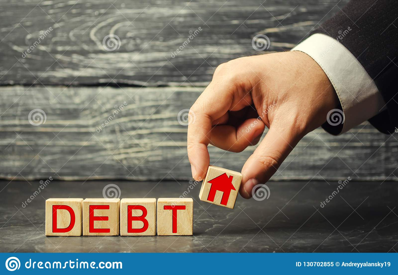 Miniatuurblokhuis en de inschrijving 'Schuld ' Onroerende goederen, huisbesparingen, het concept van de leningenmarkt Betaling va