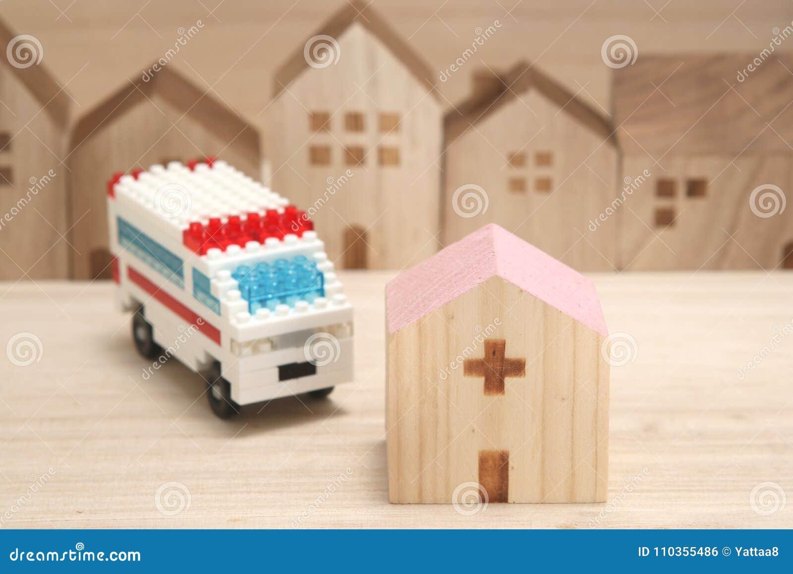 Miniatuurhuizen, het ziekenhuis en ziekenwagen op hout